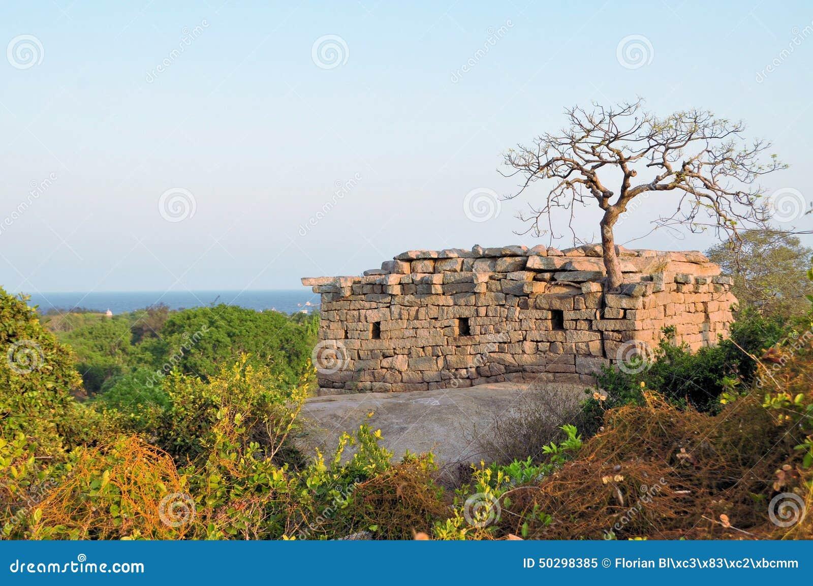 Старые руины на побережье Mamallapuram, Индии
