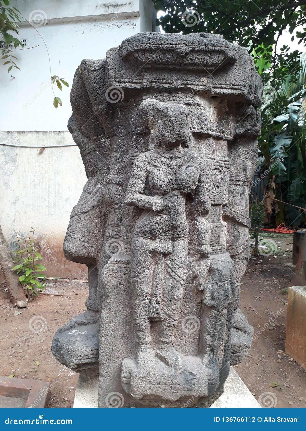 Старые руины статуи sundari