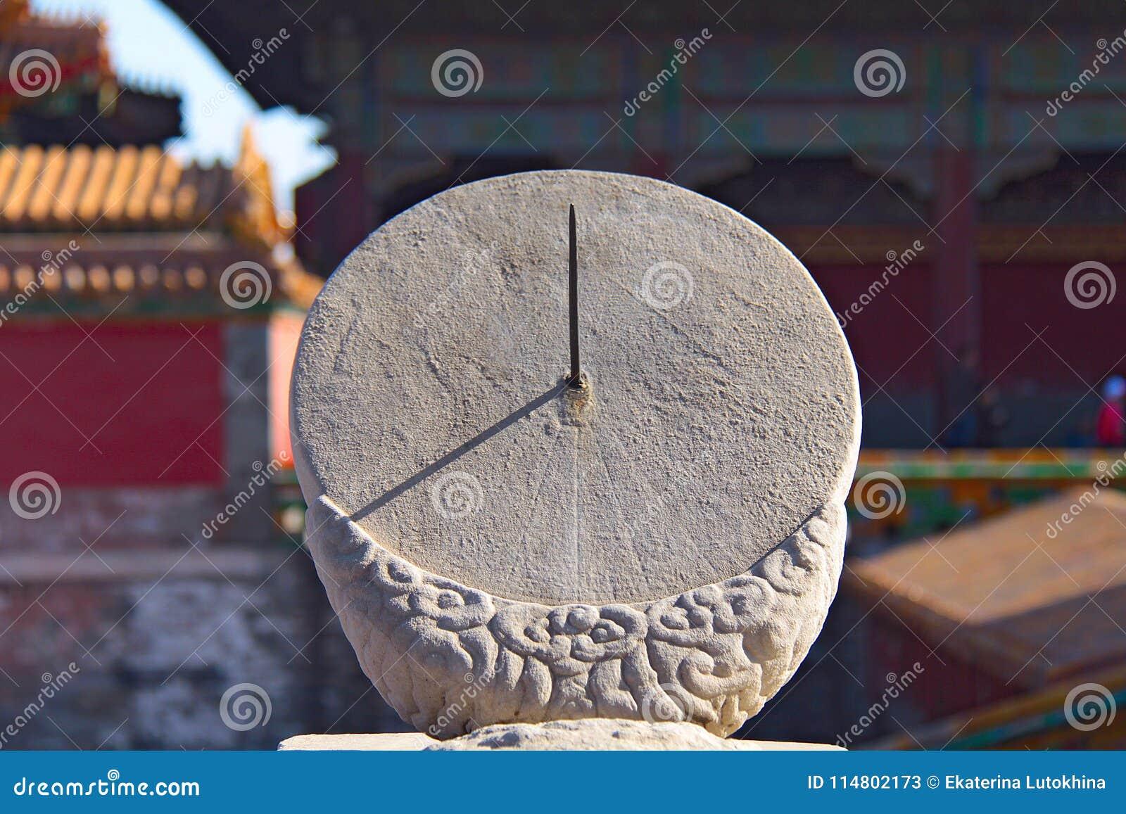 Старые солнечные часы в запретном городе - Пекин, Китай