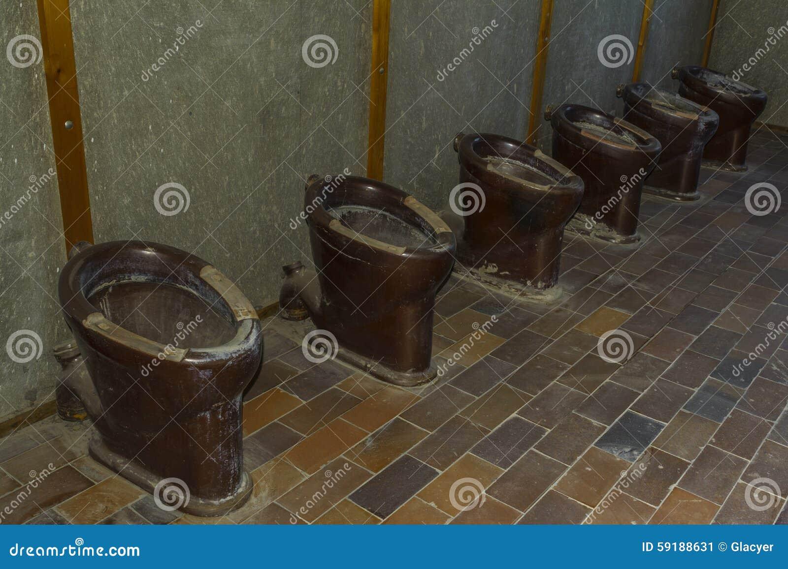 Старые туалеты в концентрационном лагере Dachau, Германии