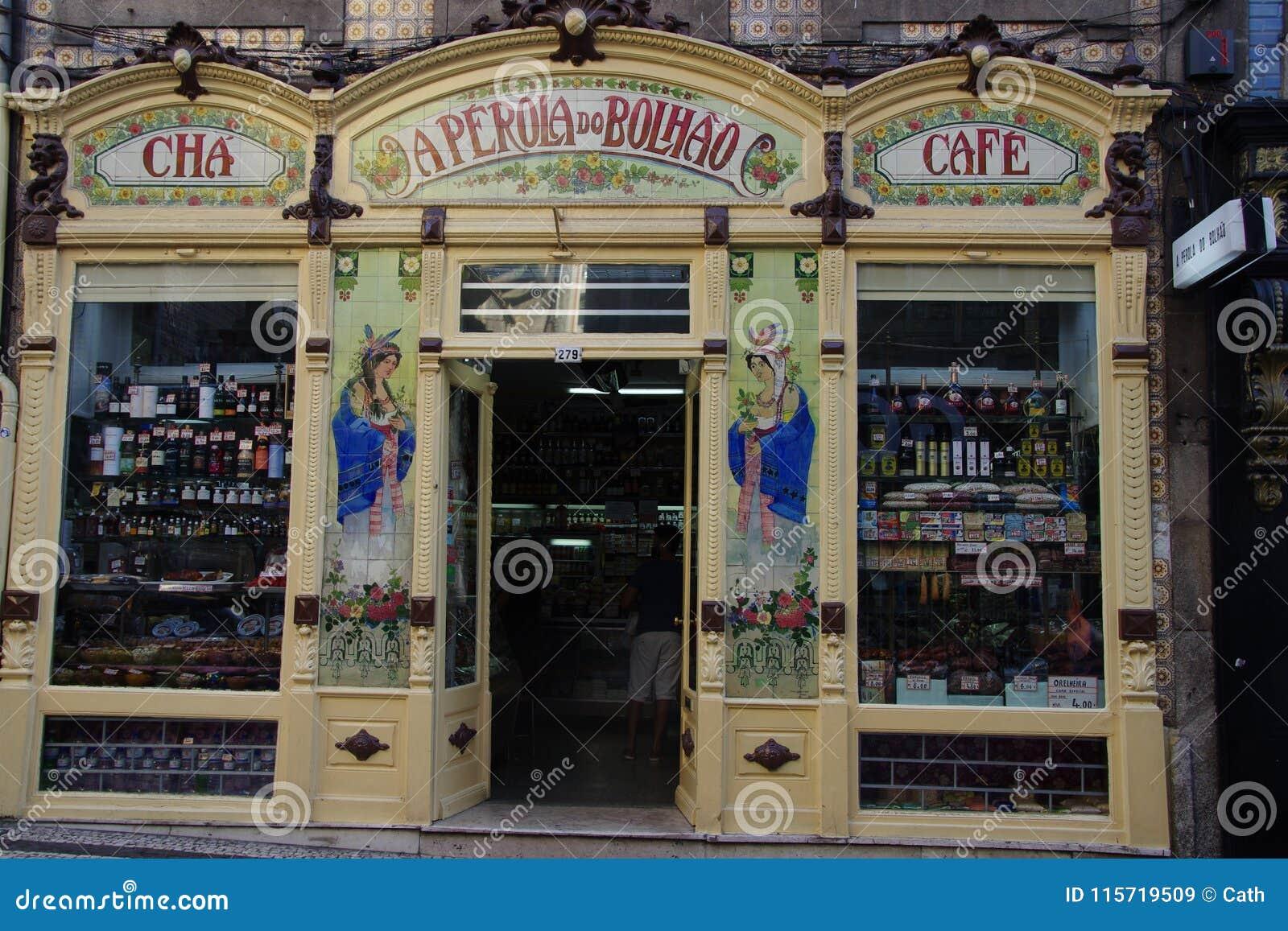 старые чай и кофейня в городе порту португалии редакционное стоковое