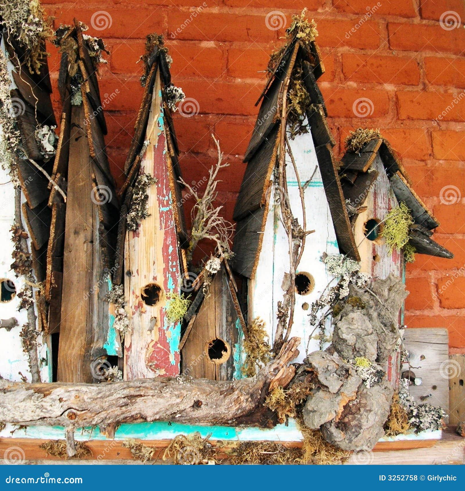 Старые birdhouses в рядке