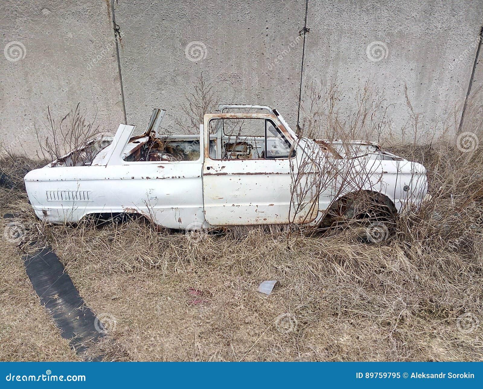 Старый автомобиль, ржавое тело, тело автомобиля без крыши, автомобиль a в сухой траве, бывшем переходе, ржавой части утюга, бывше