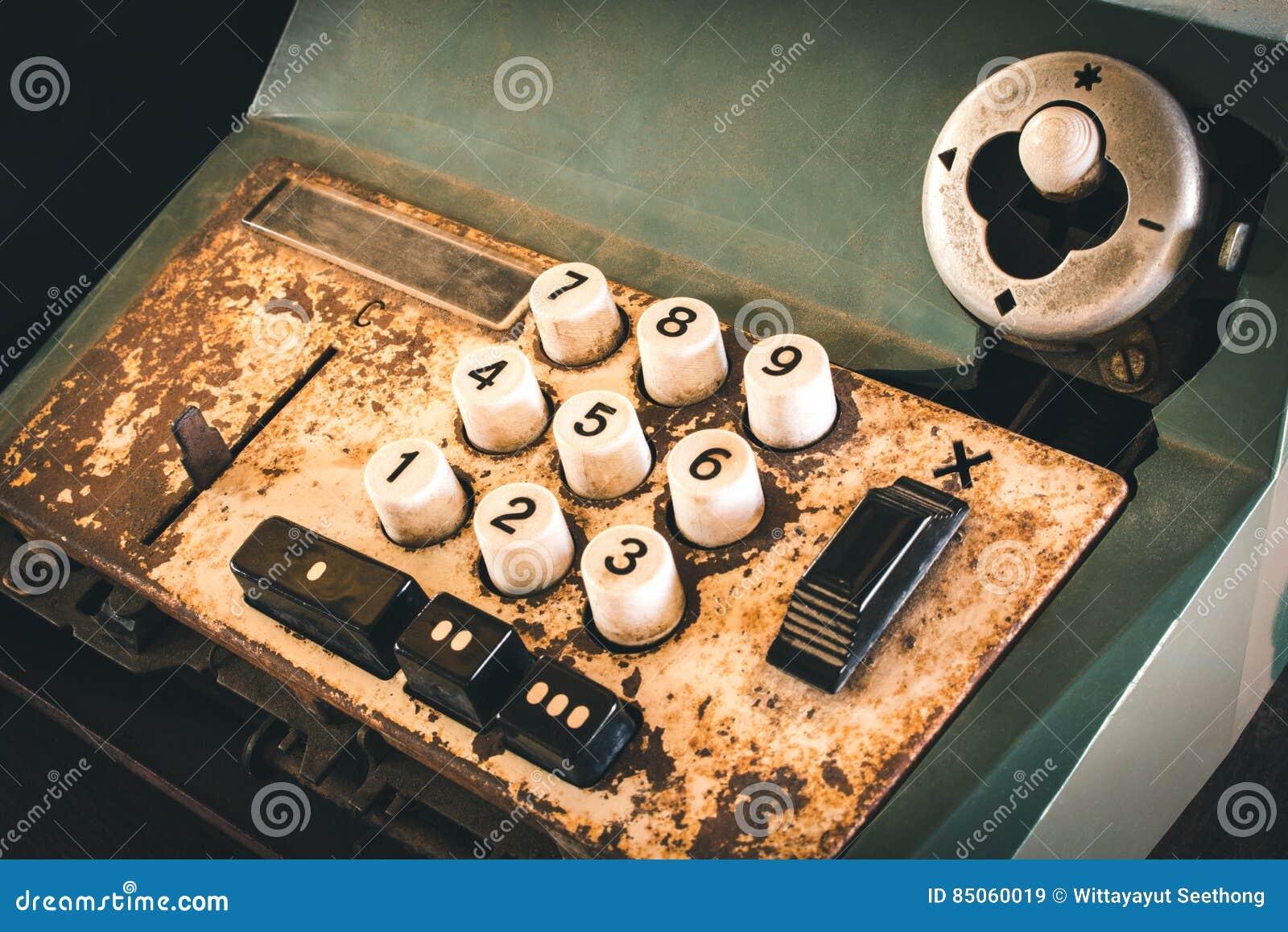 Старый античный кассовый аппарат, добавляя машины или антиквариат высчитывают в старом ночном магазине