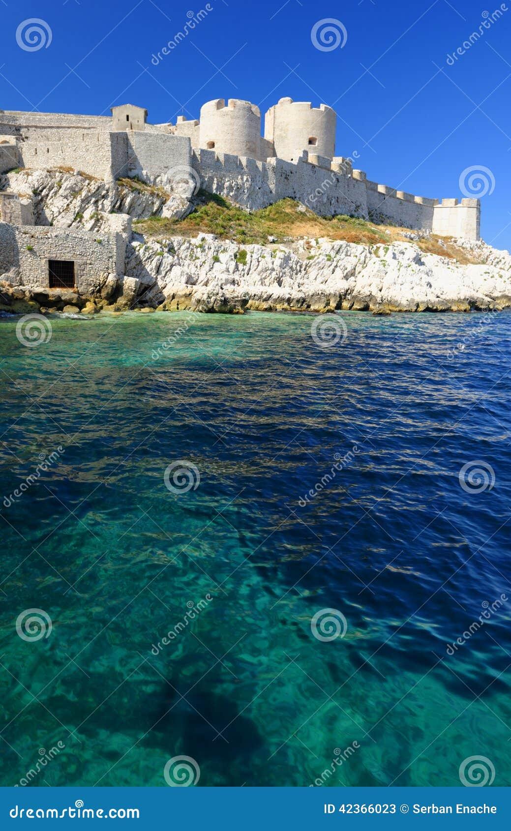 Старый белый каменный прибрежный замок