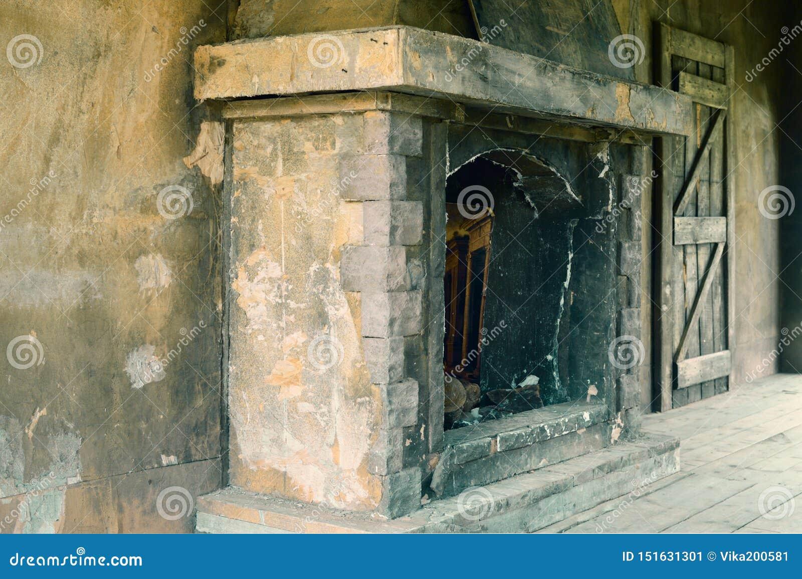 Старый брошенный каменный камин для огня
