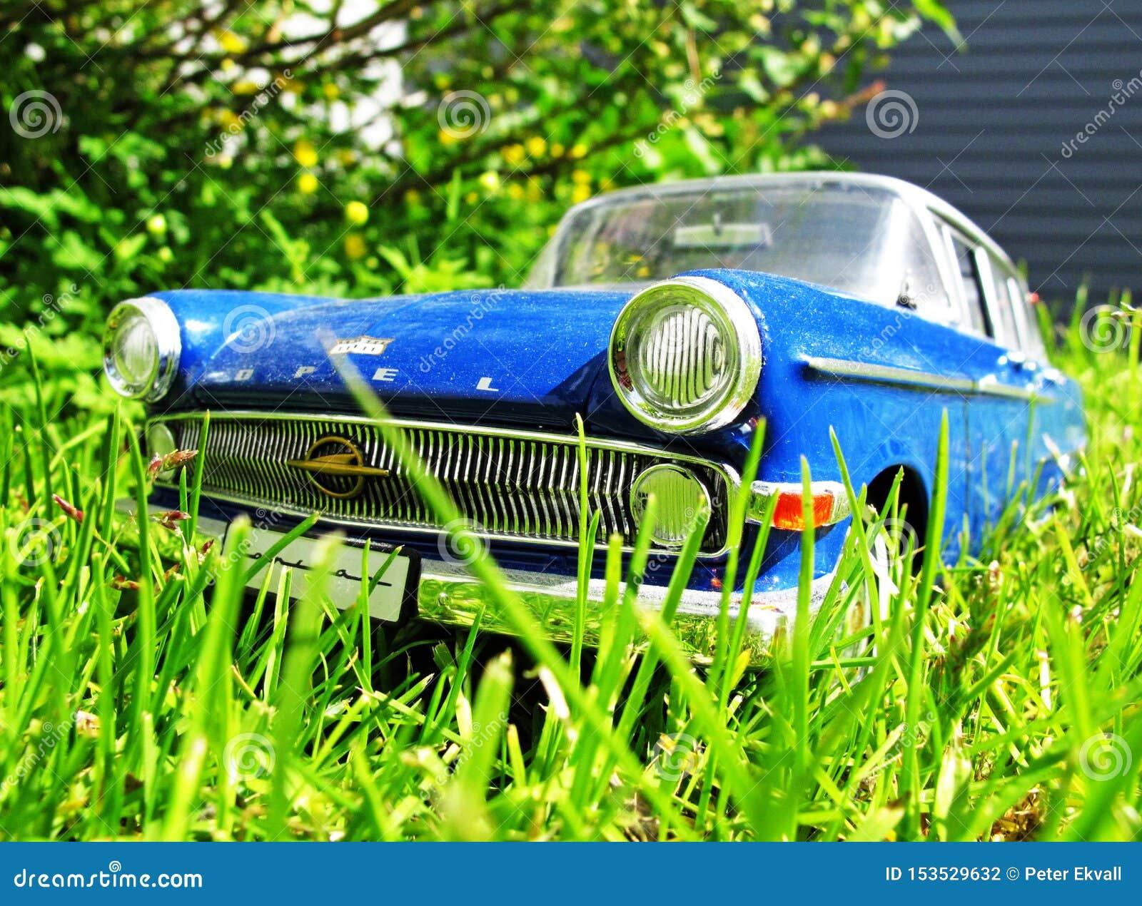 Старый винтажный автомобиль в высокой траве