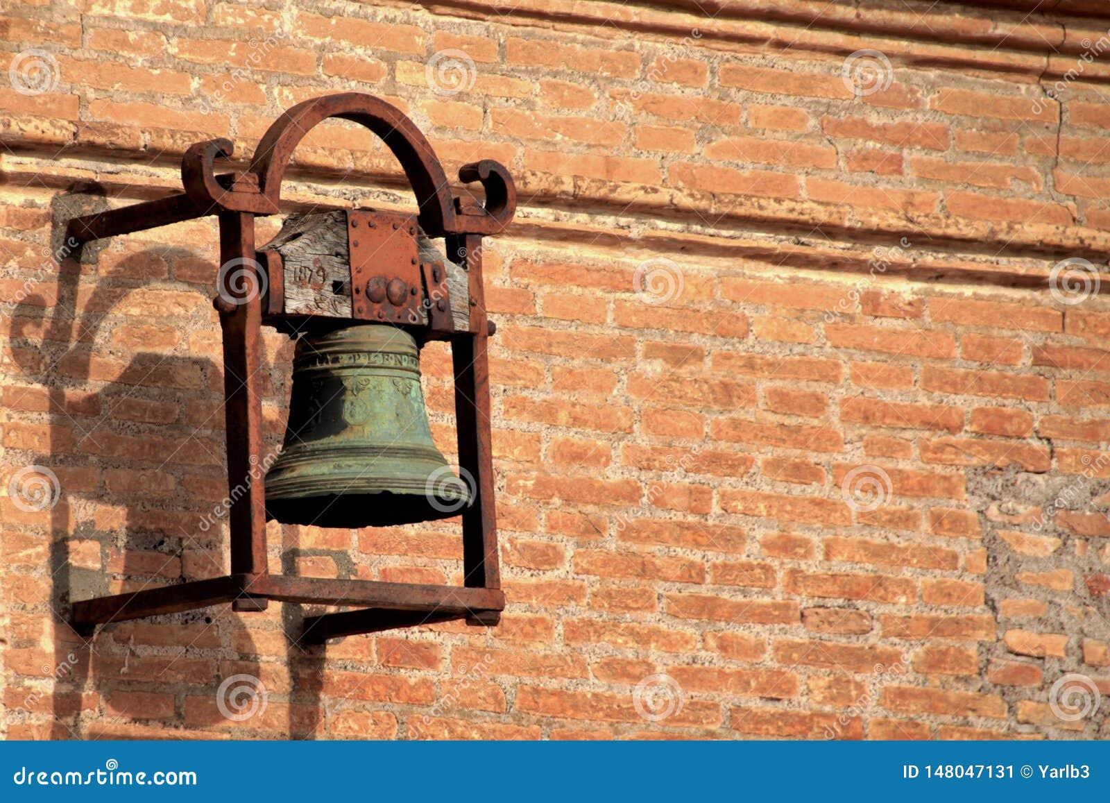 Старый винтажный бронзовый колокол на крыше