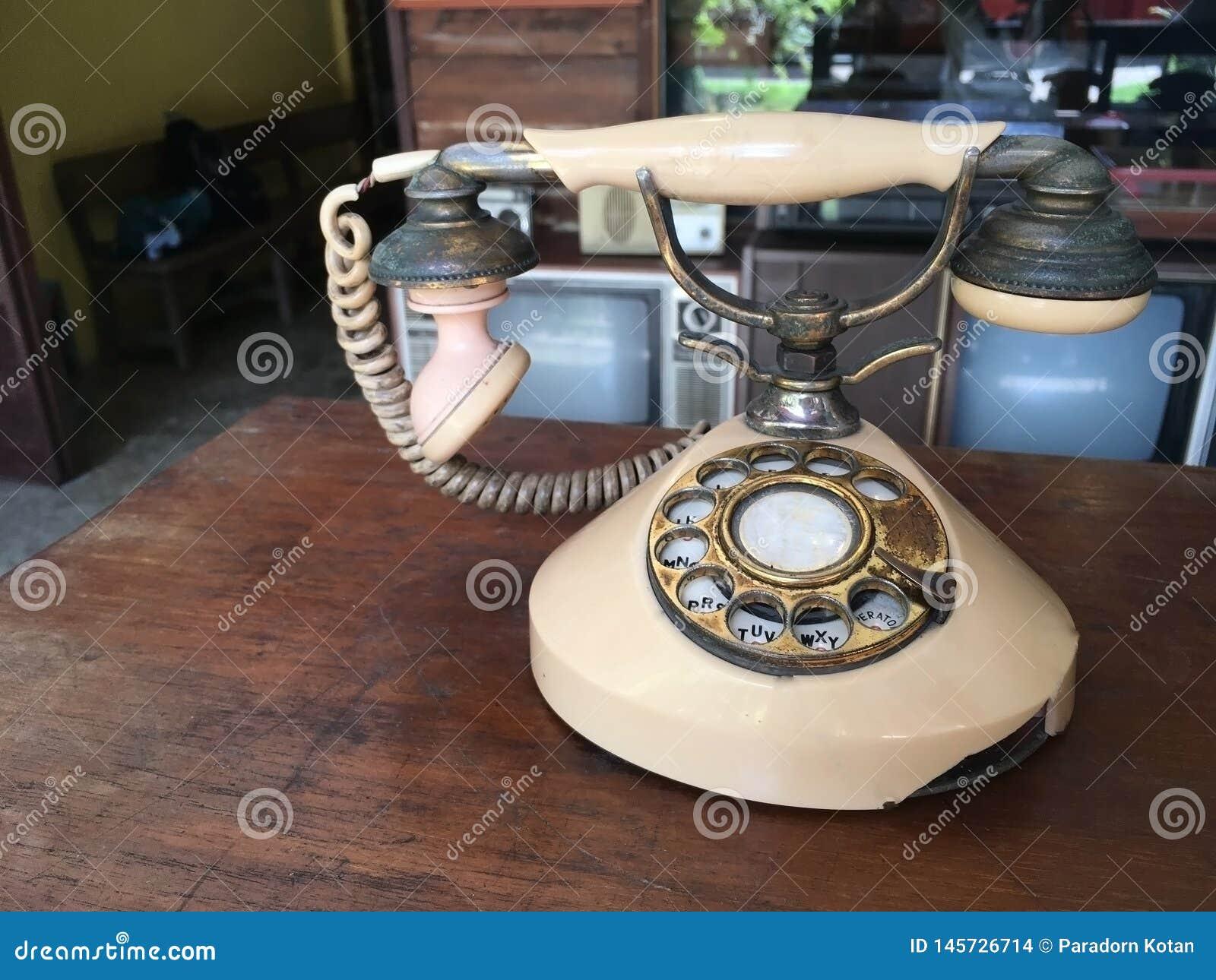 Старый винтажный телефон