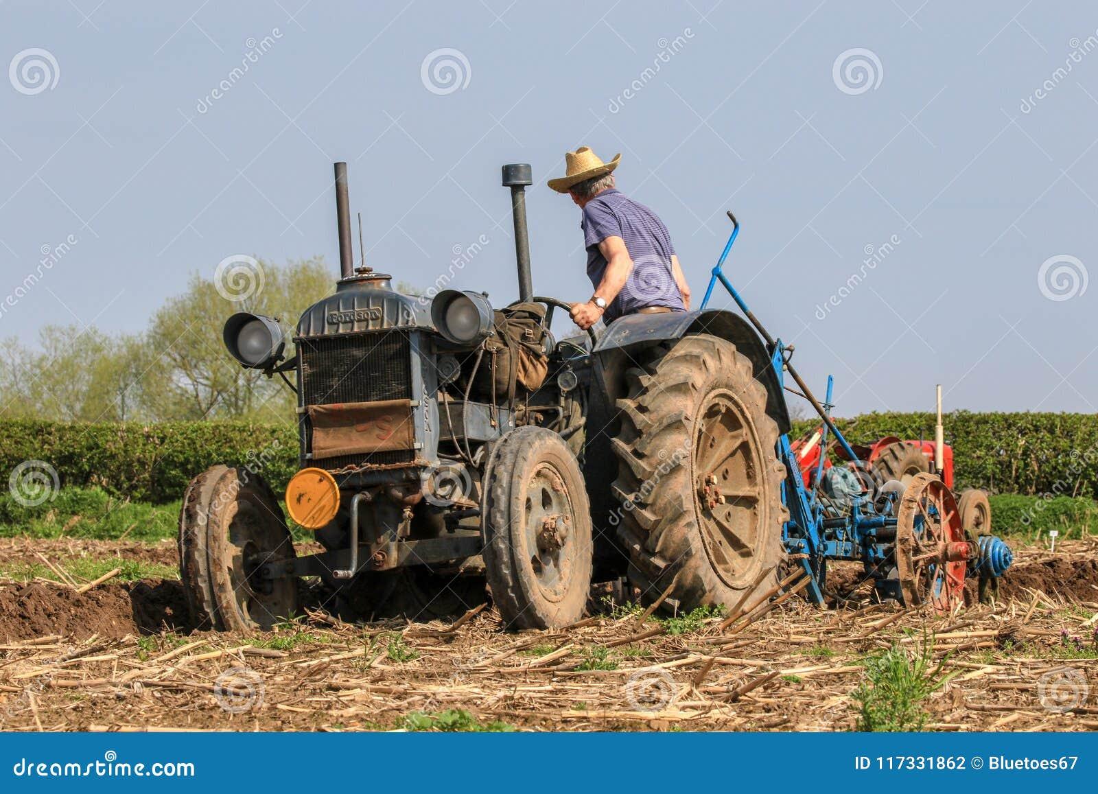 Старый голубой трактор майора fordson на паша спичке