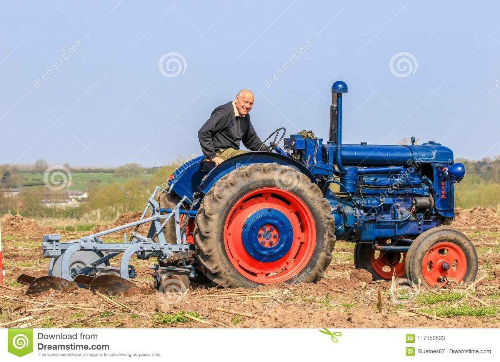 Старый голубой трактор fordson на паша спичке