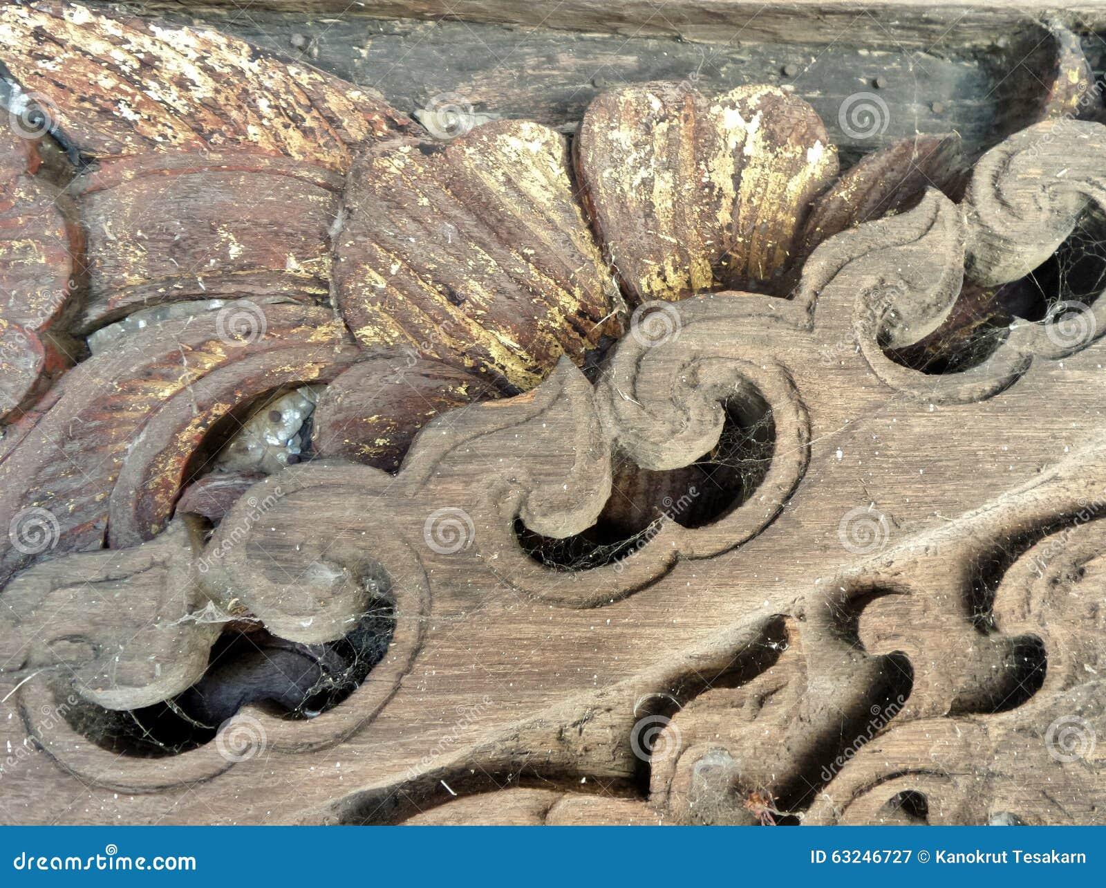 Старый деревянный высекать в магазине виска античном