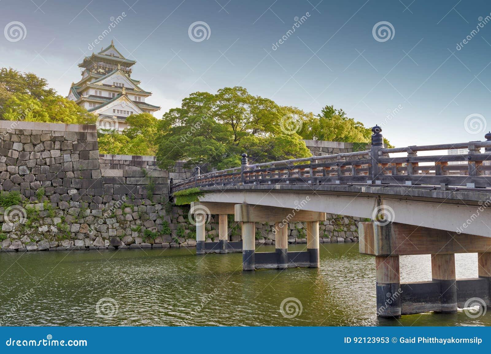 Старый деревянный мост к замку Осака, Японии большинств известная историческая достопримечательность в городе Осака, Японии