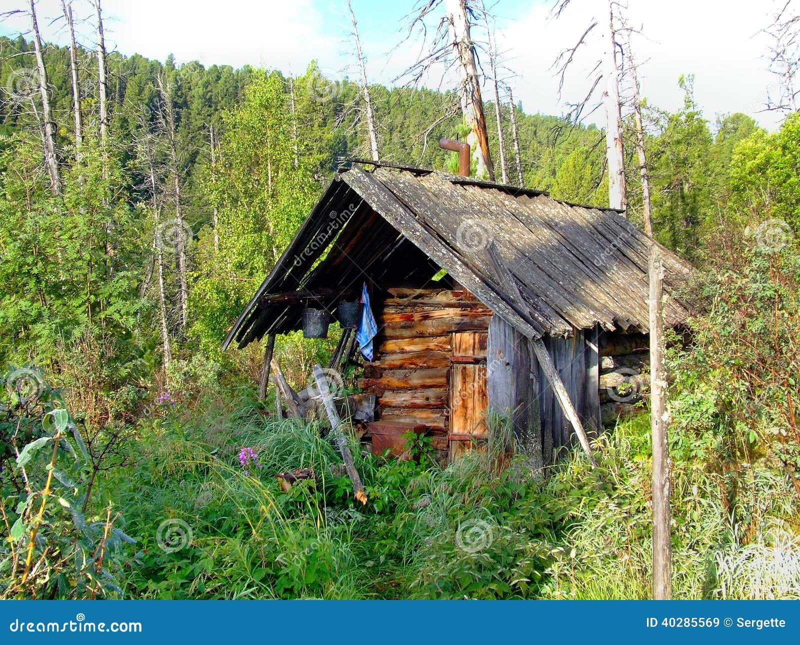 Старый деревянный охотник хаты. Сибирь.