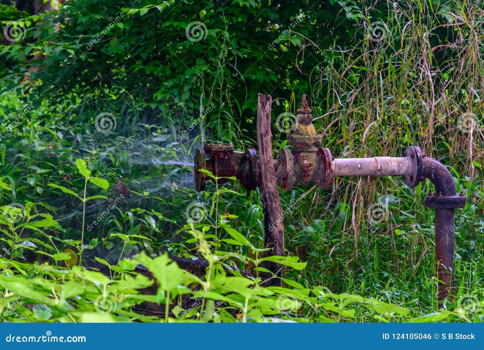 Старый железный металлический протекать трубы водопровода