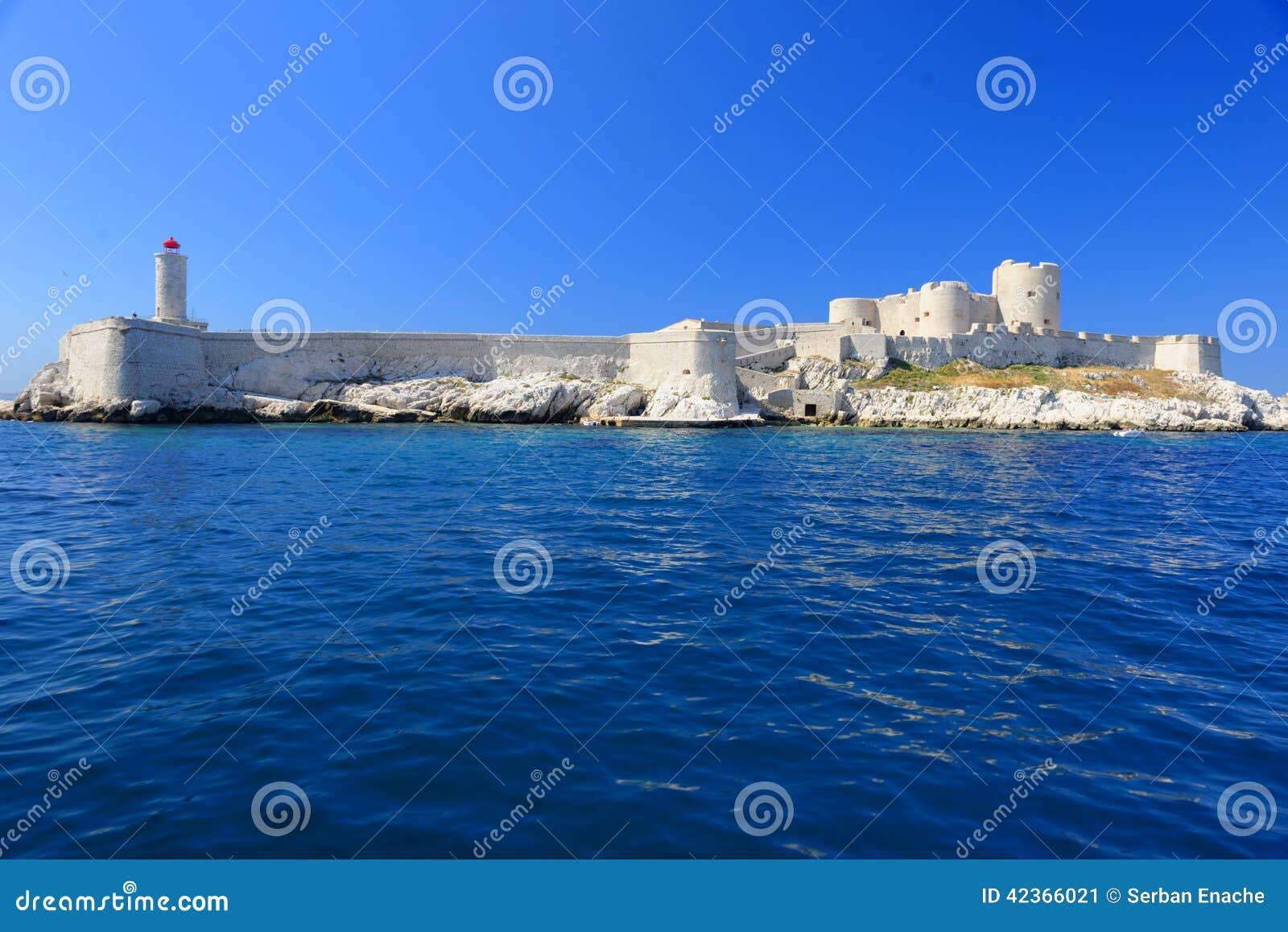 Старый замок на береговой линии