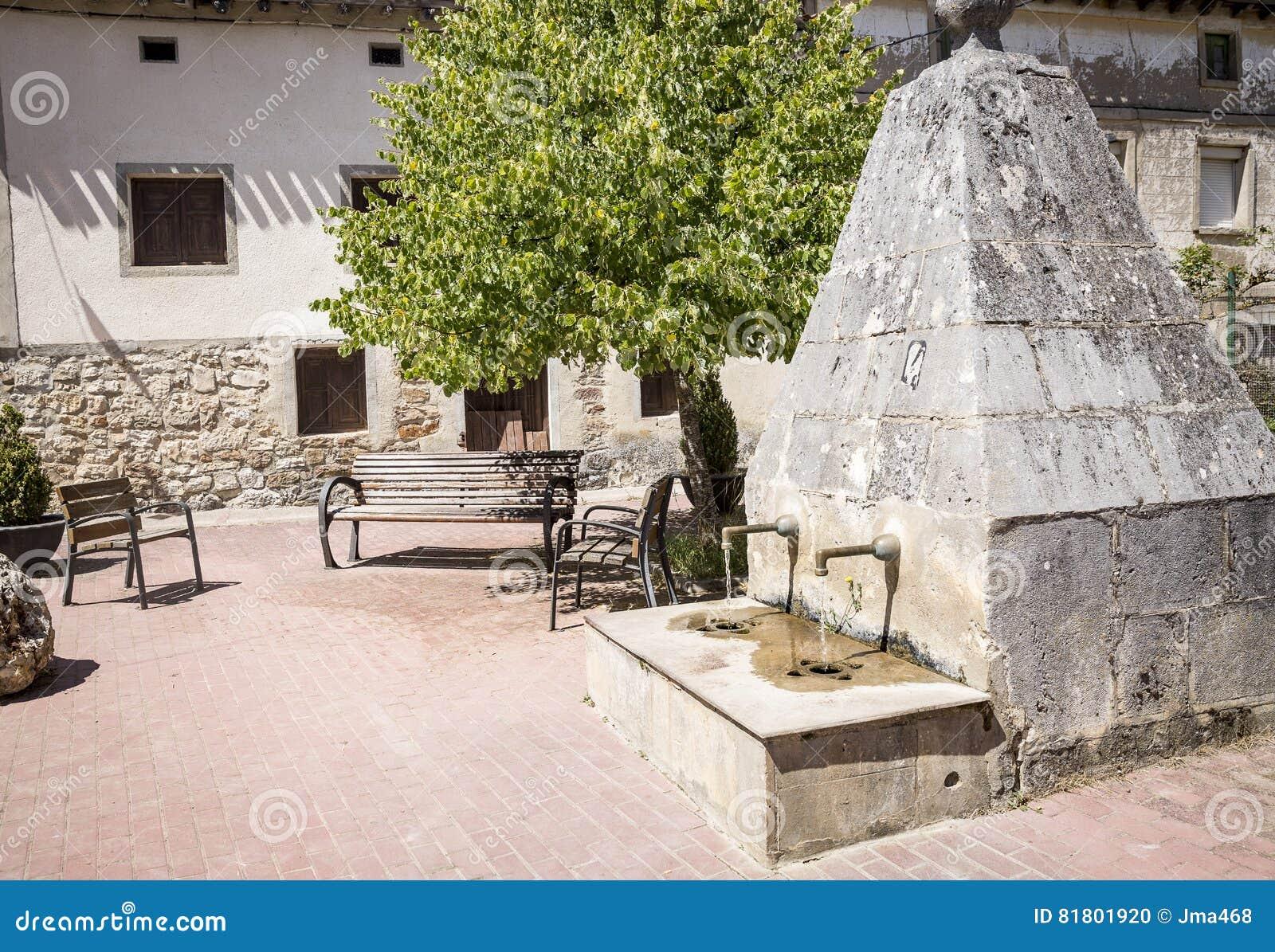 Старый камень сделал фонтан в Agés, провинции Бургоса, Испании