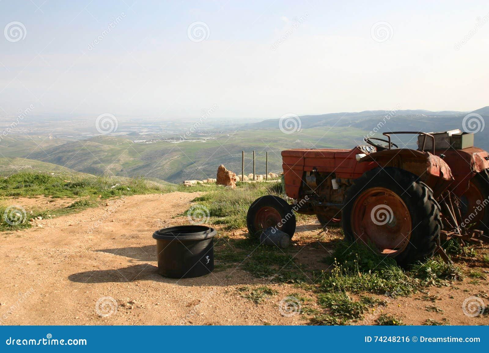 Старый красный трактор перед установками