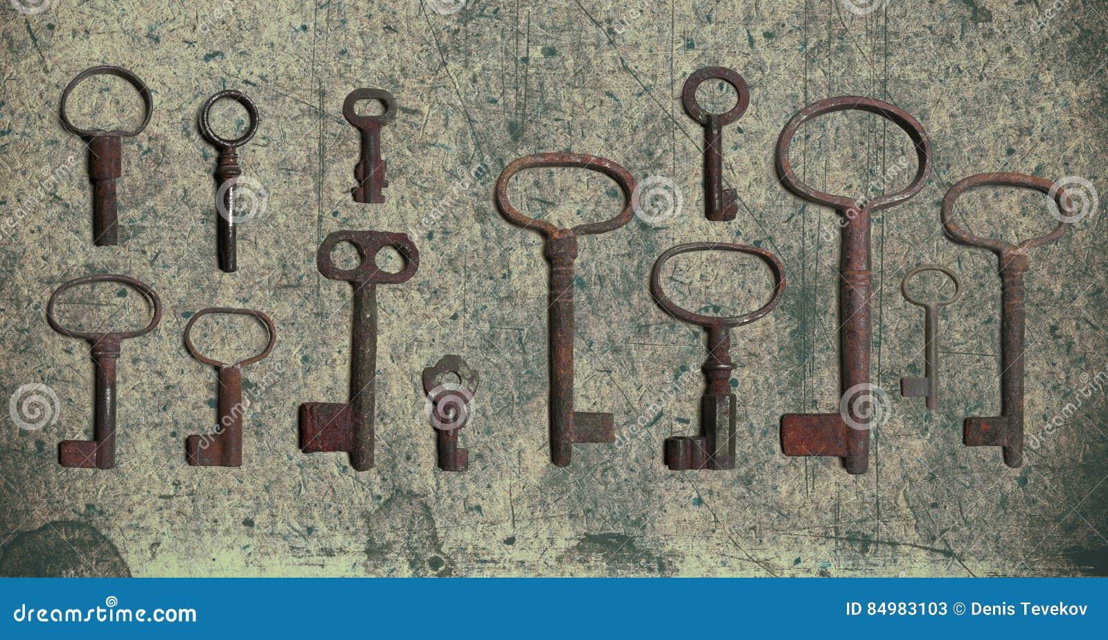 Старый ключ на старой текстурированной бумаге с естественными картинами