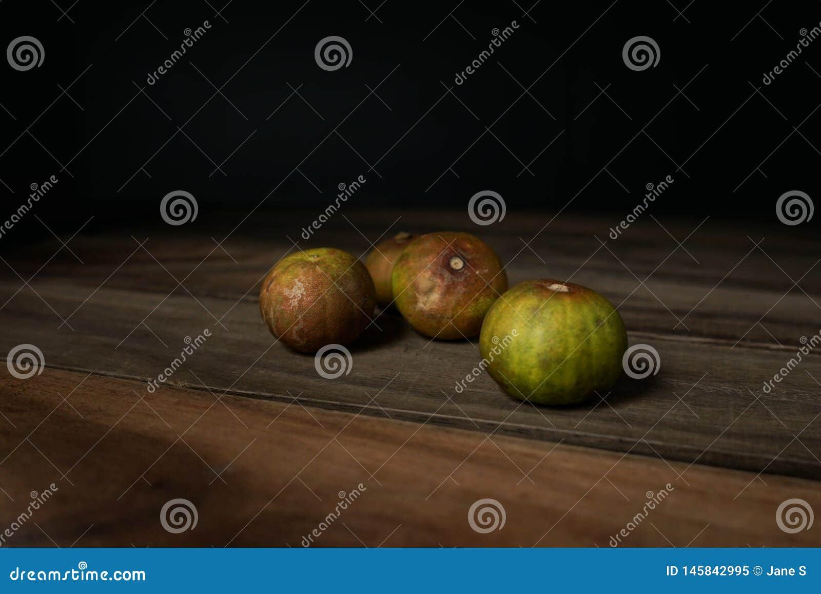 Старый лимон на деревянном столе