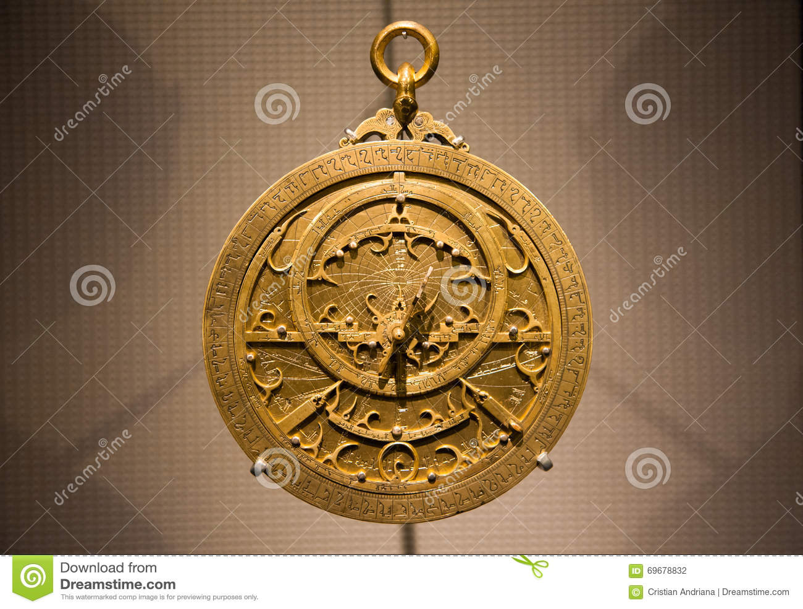 Старый металлический арабский конец астролябии вверх