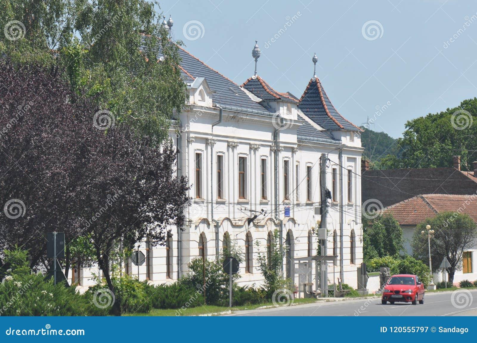 Старый многоквартирный дом