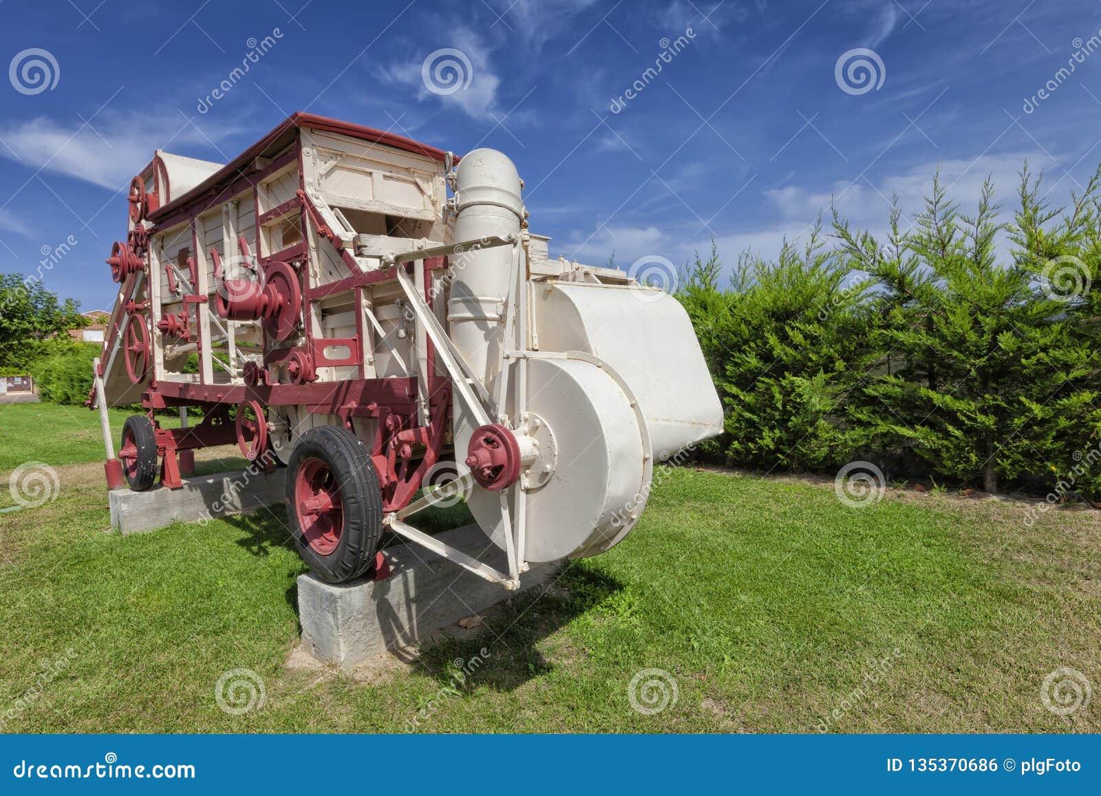 Старый молотильщик зерна используемый как памятник