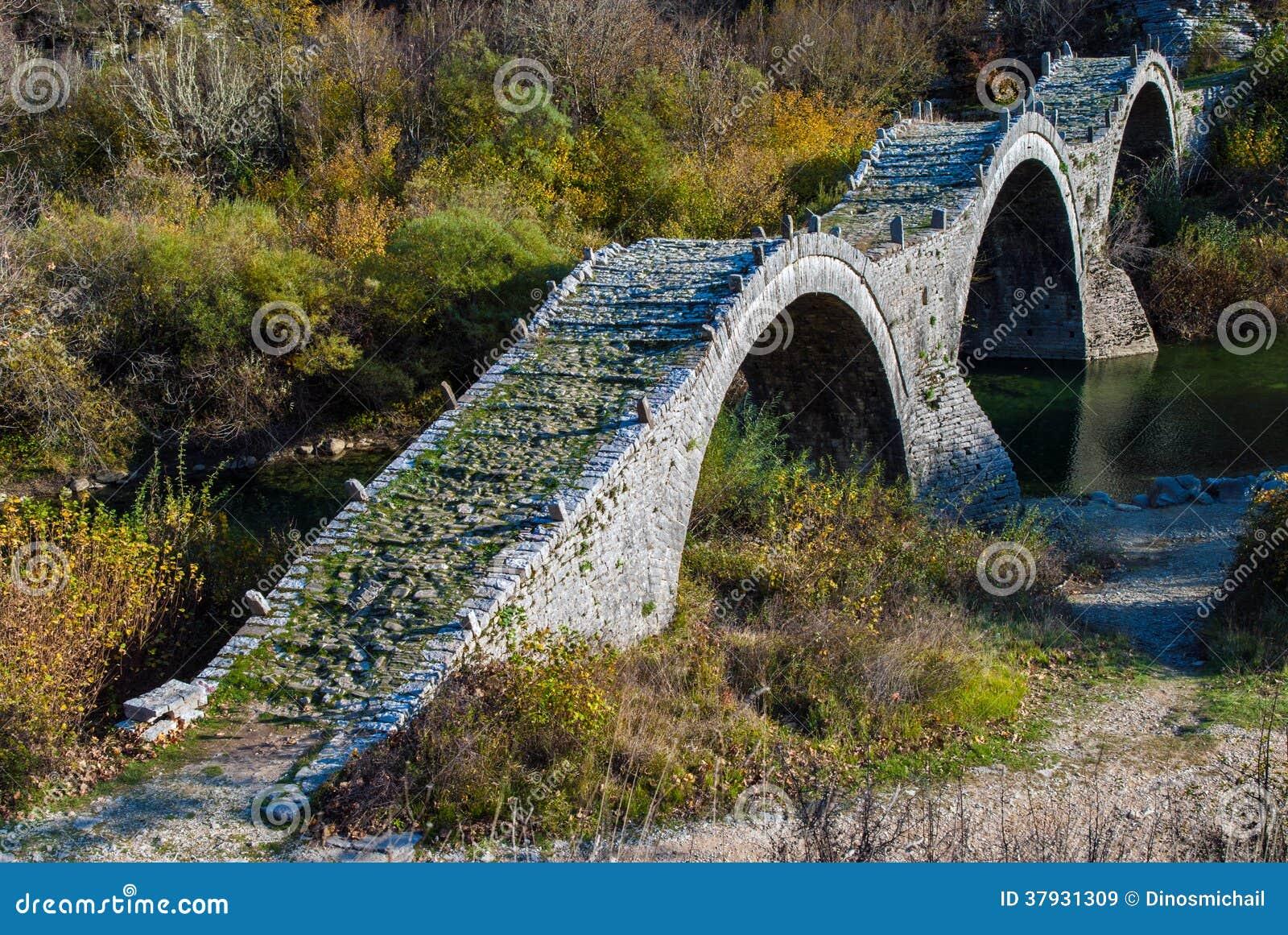 Старый мост в Греции