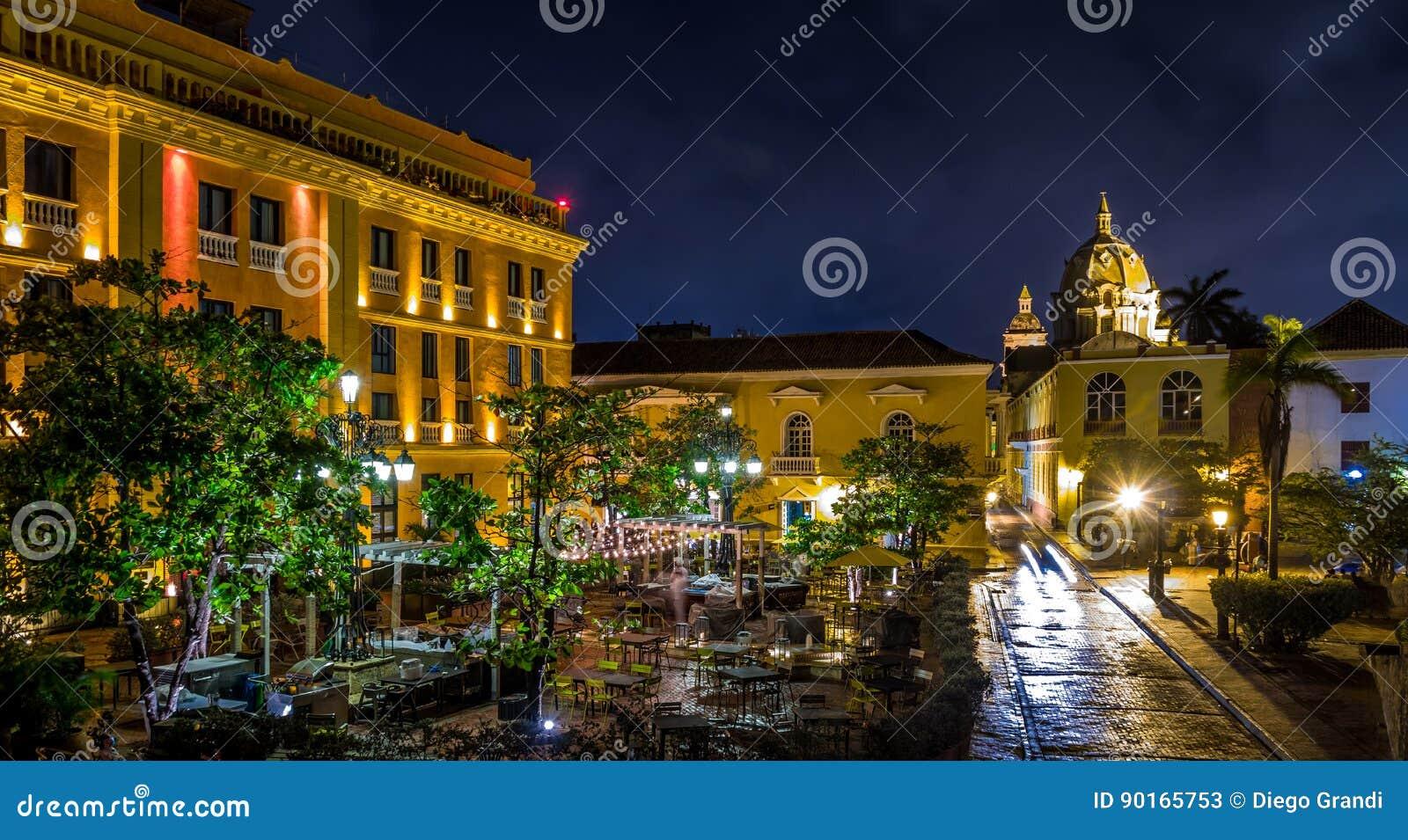 Старый огороженный город Cartagena на ноче, Колумбии