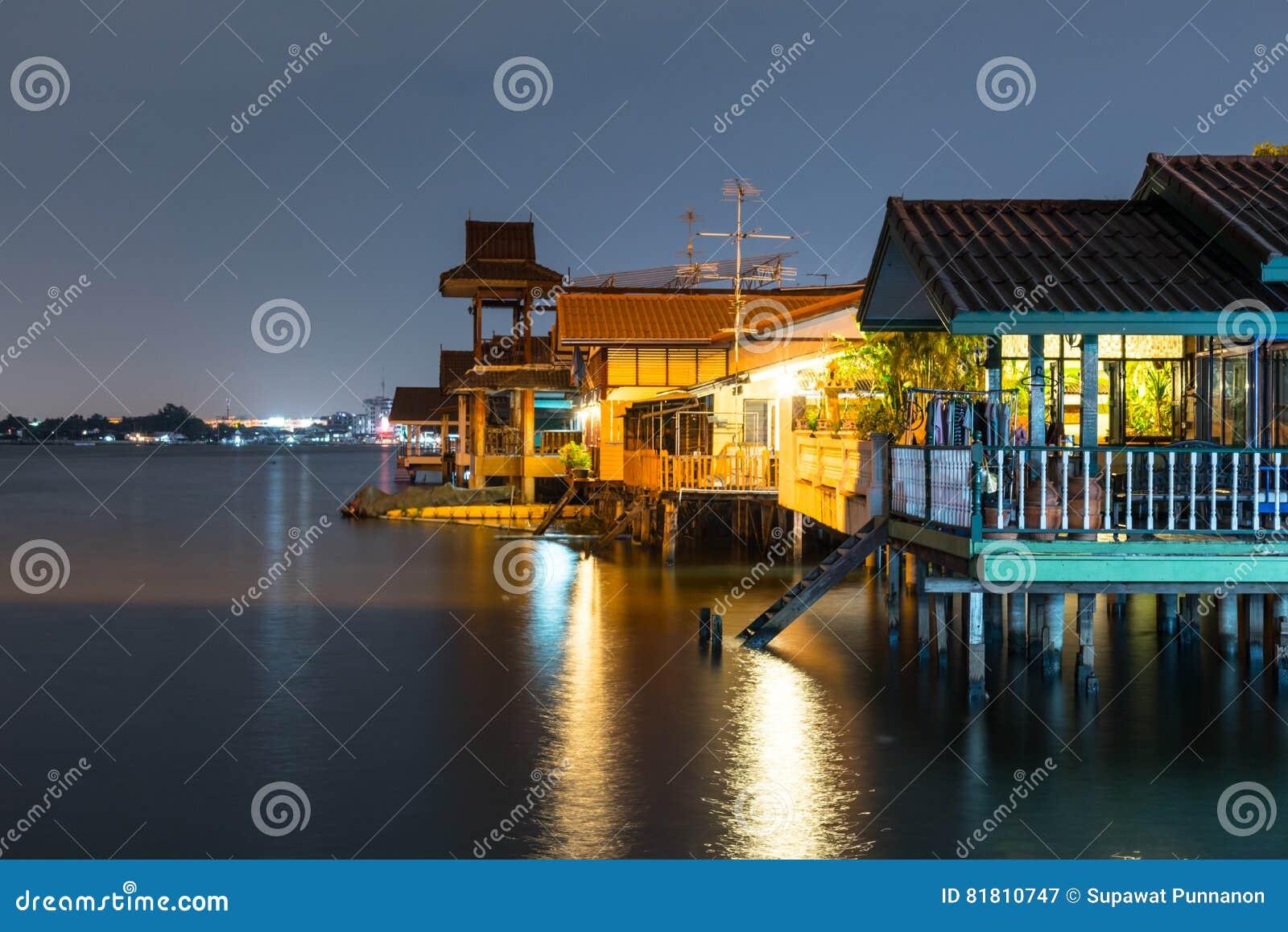 Старый дом около реки/канала в Таиланде Образ жизни портового района CU