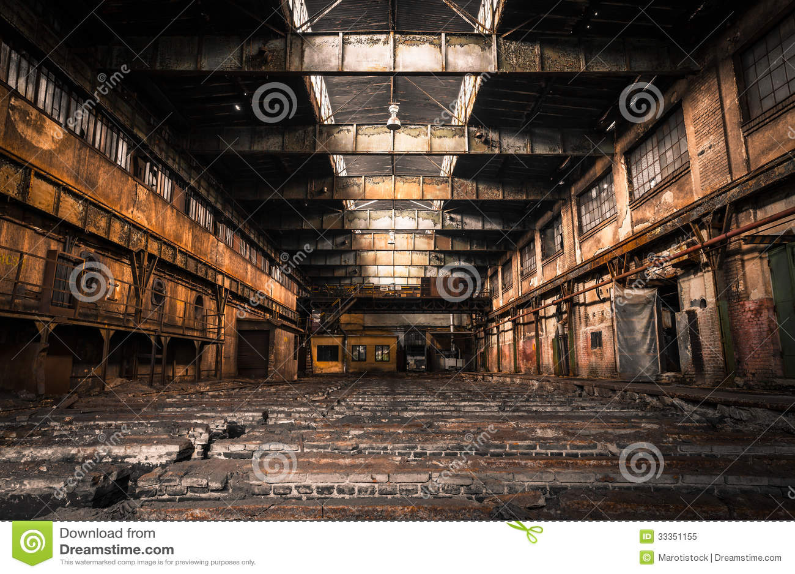 Старый покинутый промышленный интерьер с ярким светом