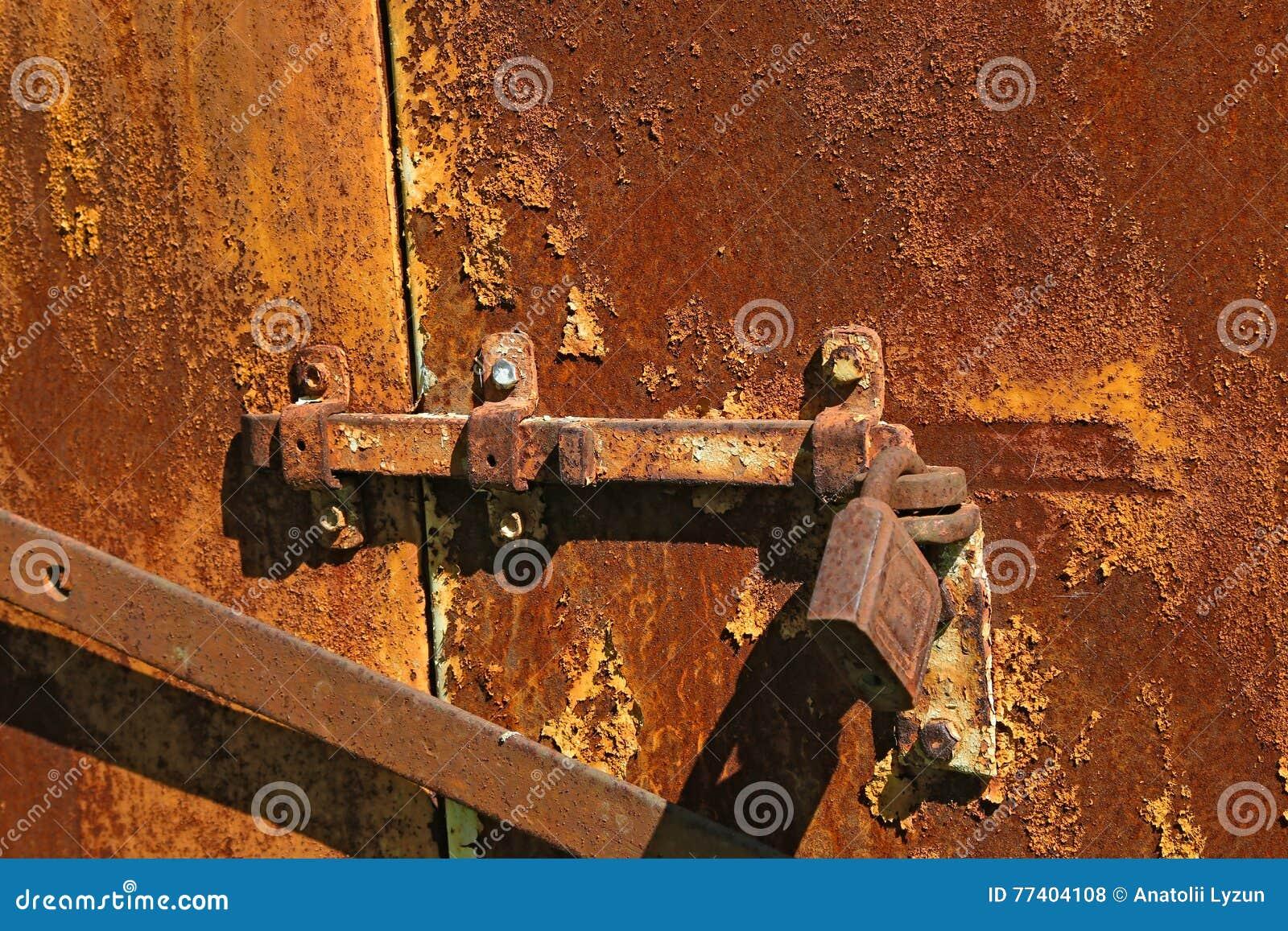 Старый ржавый болт с замком на железном стробе