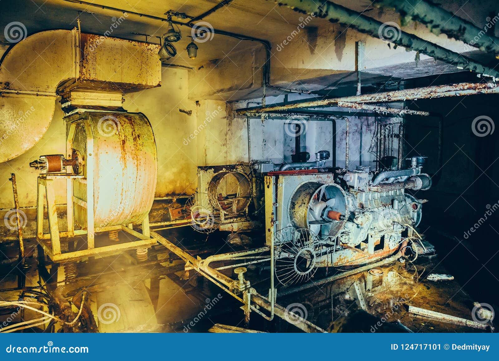 Старый ржавый тепловозный генератор фильтрации и системы вентиляции воздуха в покинутом советском бункере