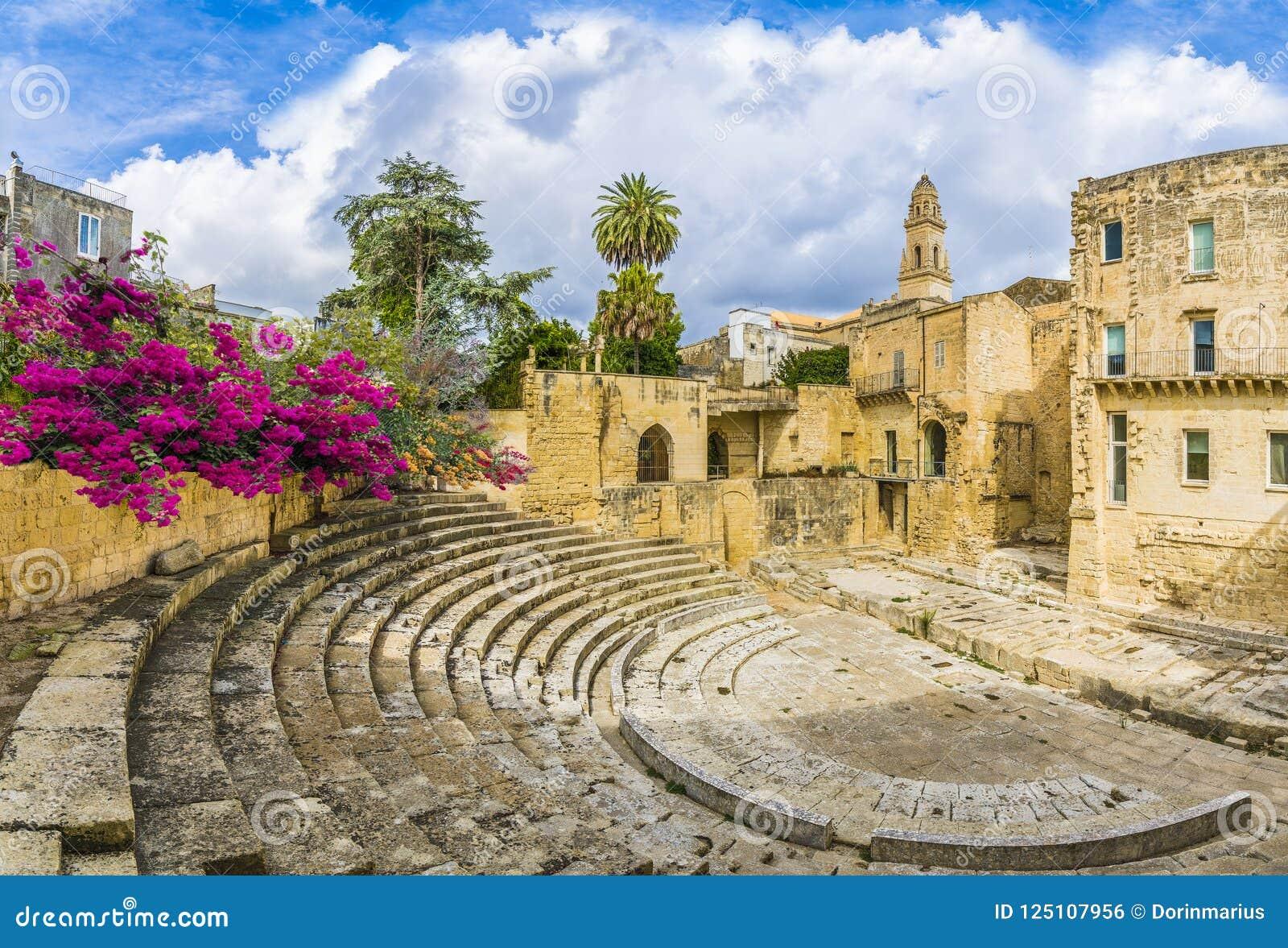 Старый римский театр в Lecce, область Апулии, южная Италия