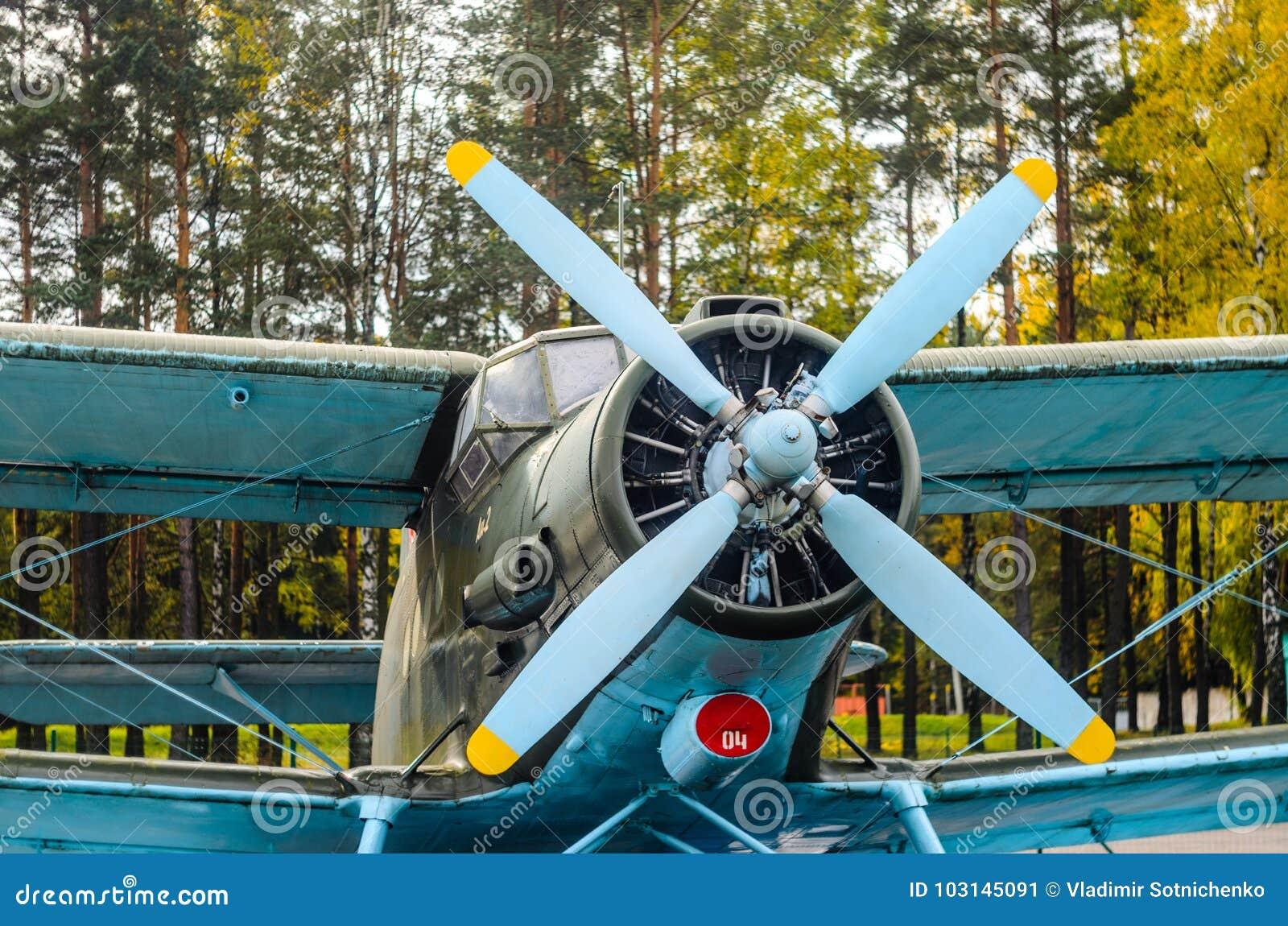 Старый самолет-биплан воздушных судн