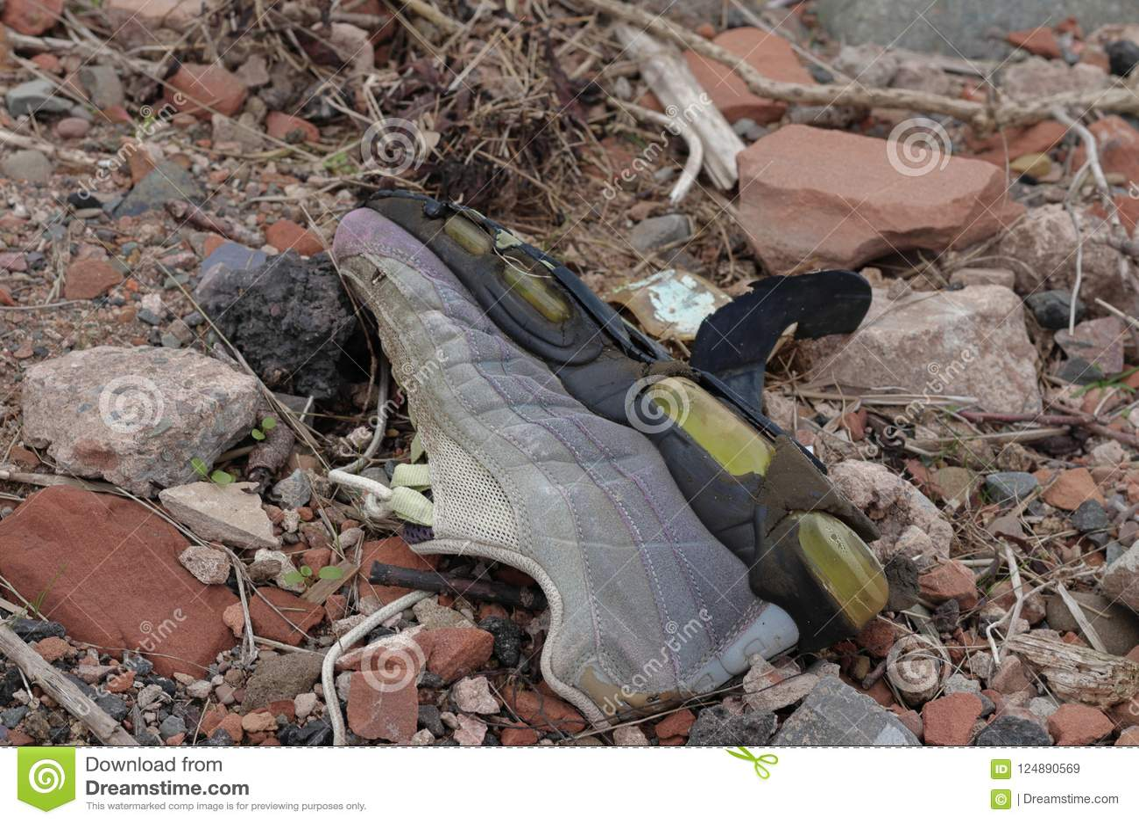 Старый сломанный ботинок