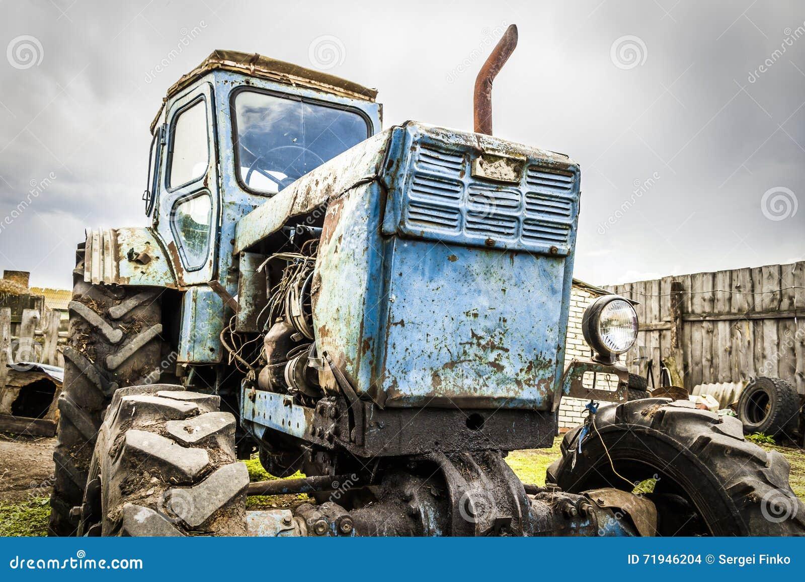 Старый сломанный трактор
