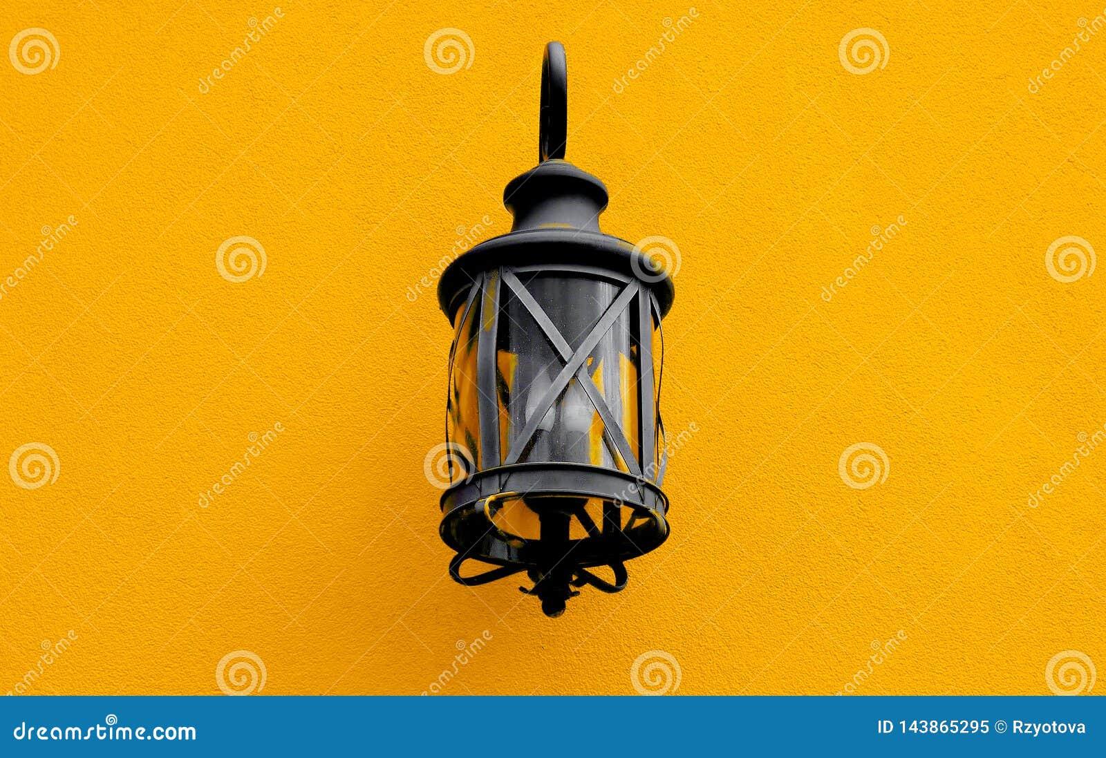 Старый уличный фонарь на стене