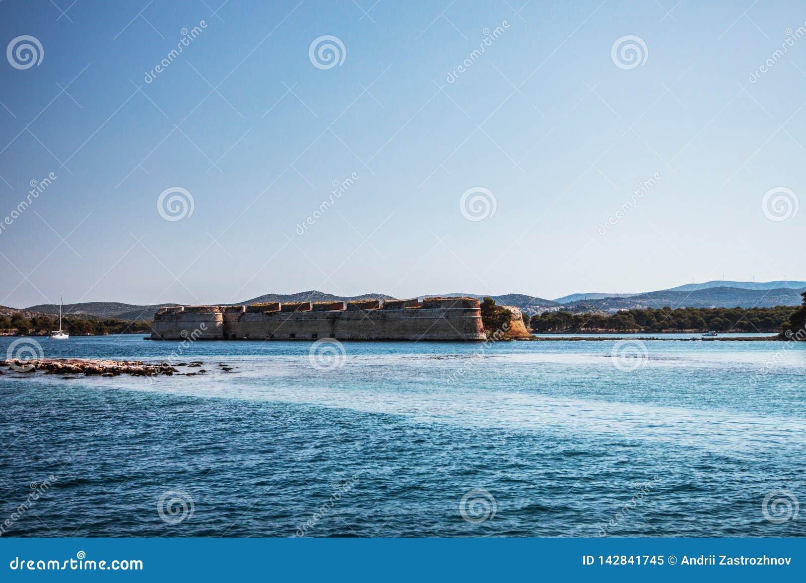 Старый форт на береге моря
