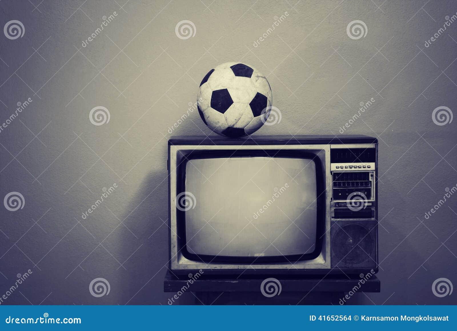 Старый футбольный мяч на ретро ТВ, черно-белом