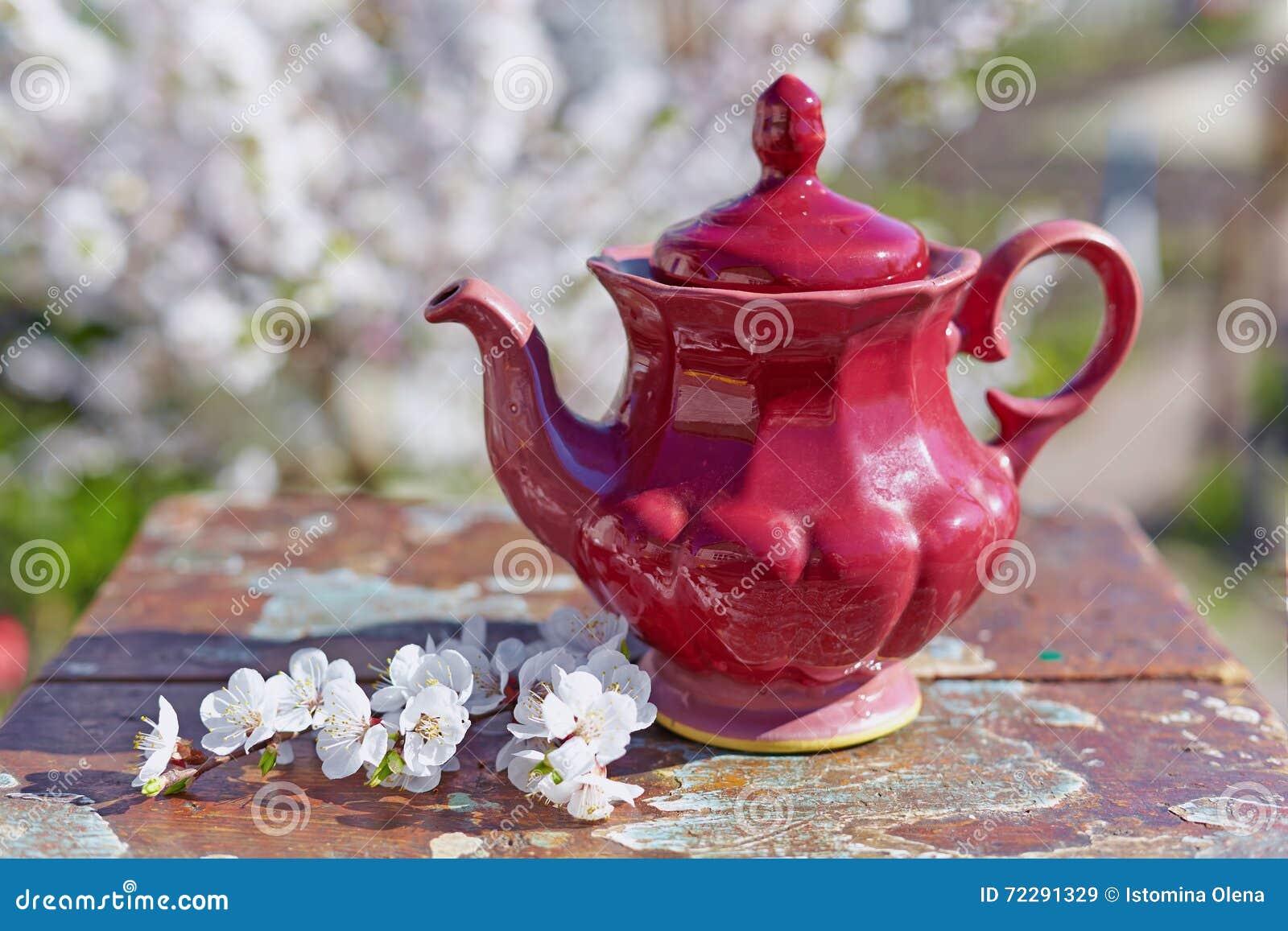 Download Старый чайник на деревянном столе Стоковое Изображение - изображение насчитывающей чашка, принадлежности: 72291329