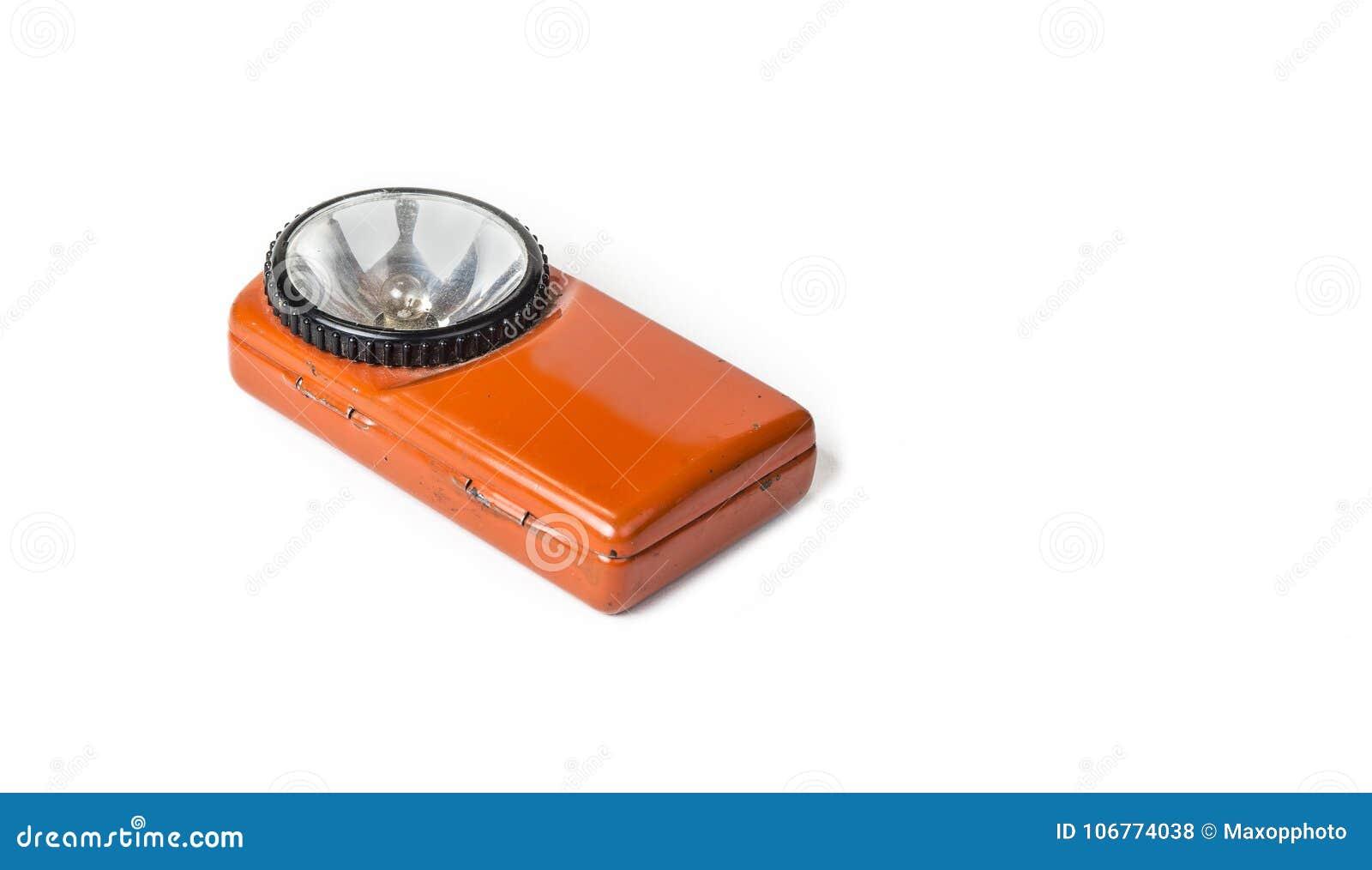 Старый электрофонарь батареи на белой предпосылке