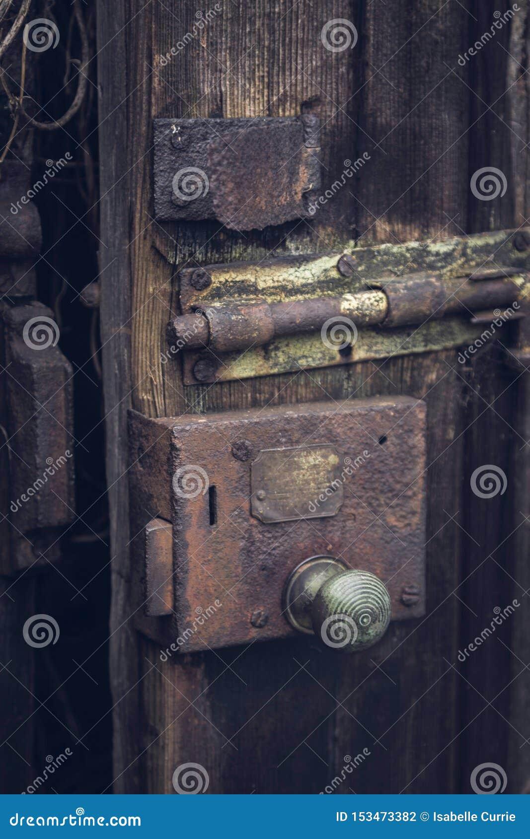 Старый padlock на деревянной двери