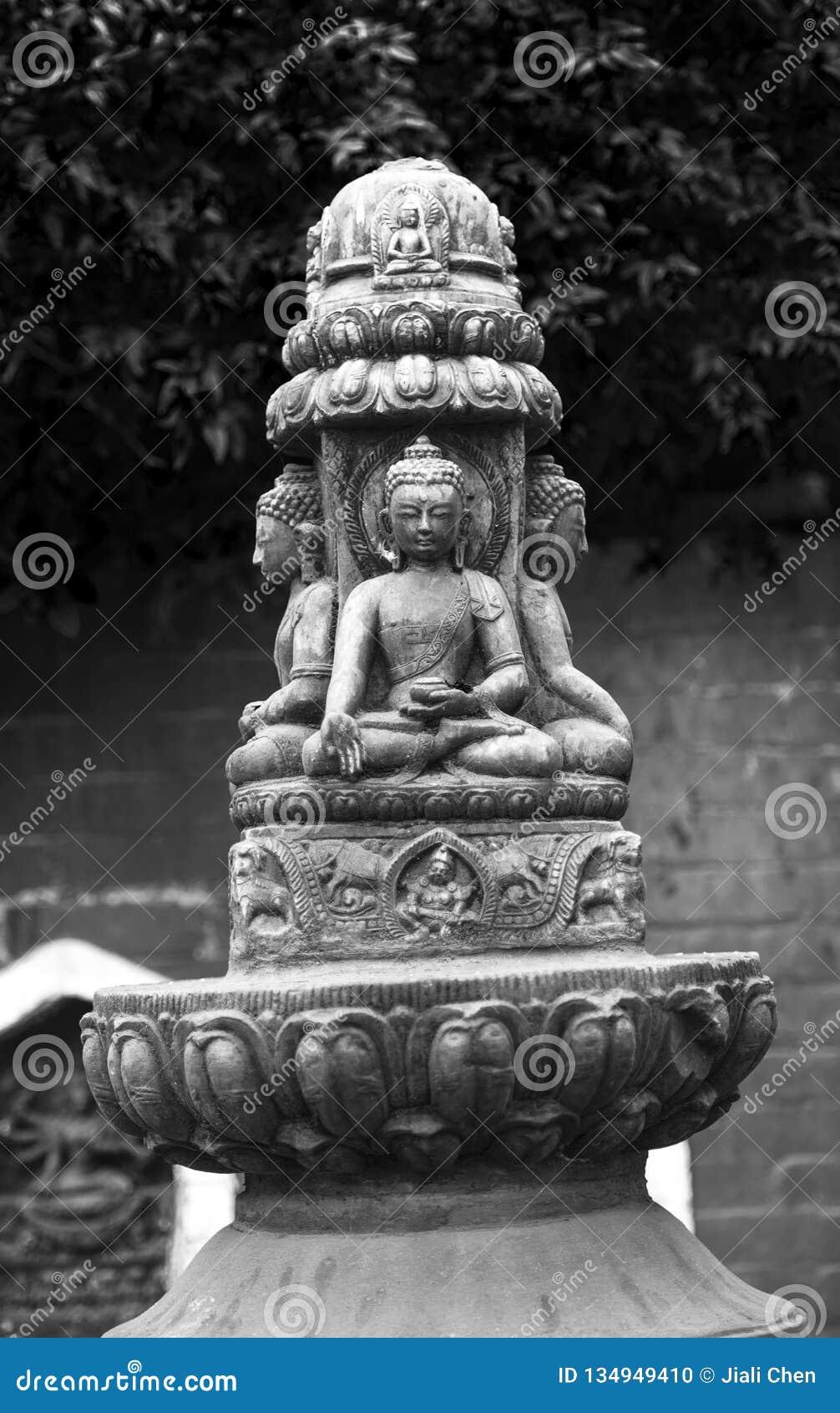 Статуи Buddhas дальше chorten шпиль, Катманду, Непал