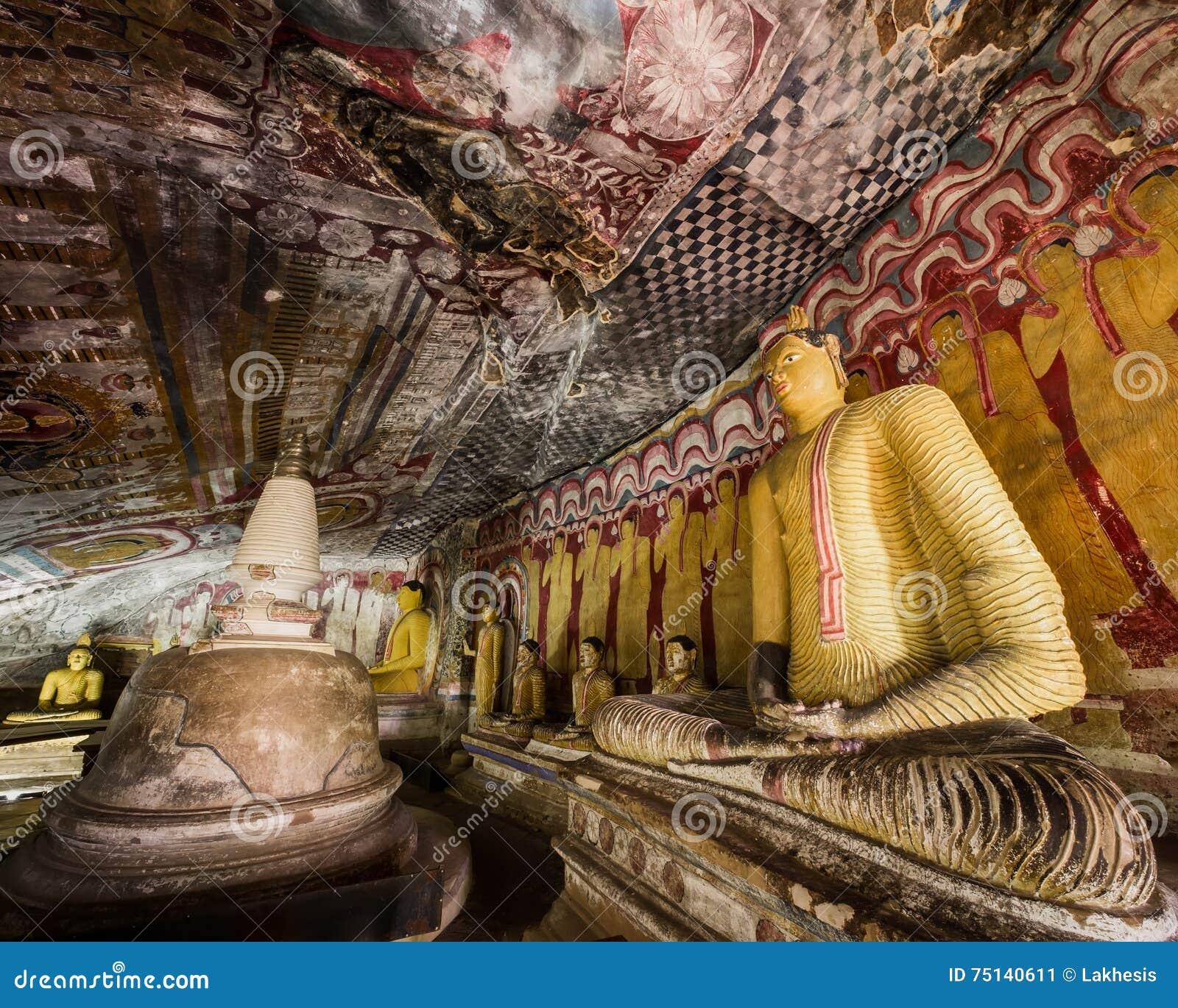Статуи Buddhas и религиозный высекать на золотом виске Sri Lanka