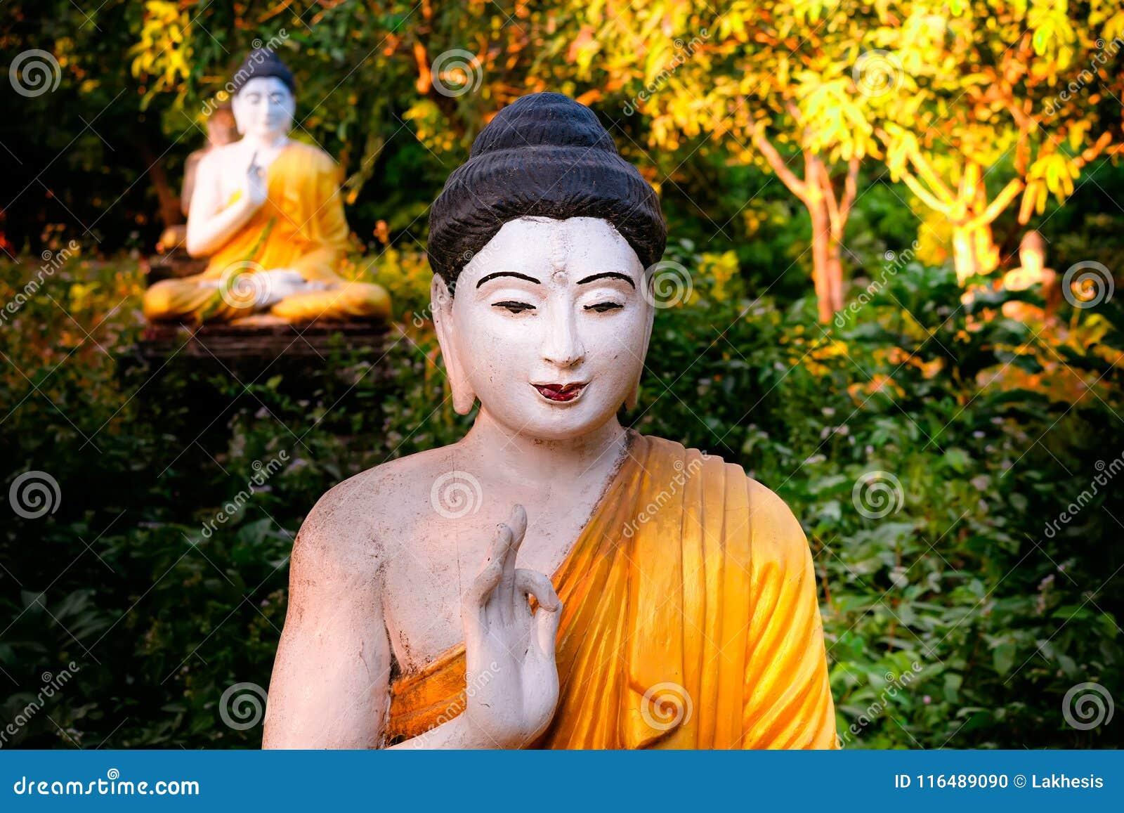 Статуи Buddhas серии в саде Loumani Будды Hpa-An, Мьянма b