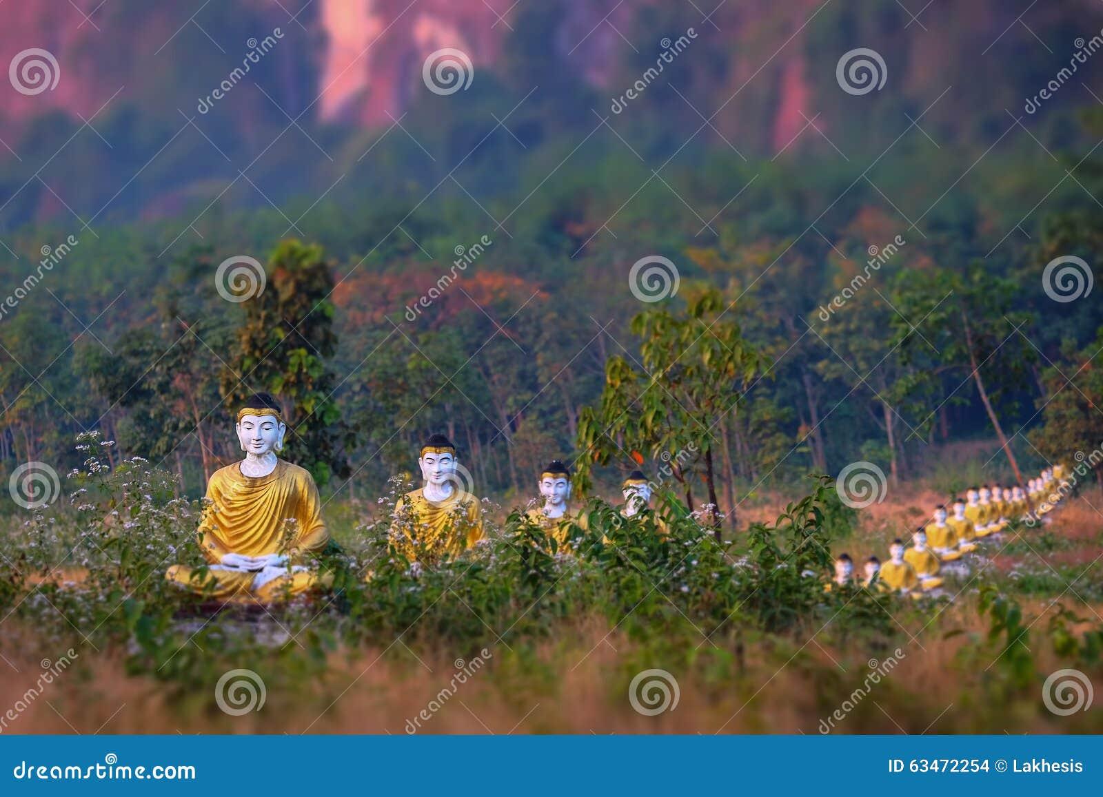 Статуи Buddhas серии в саде Loumani Будды Hpa-An, Мьянма (