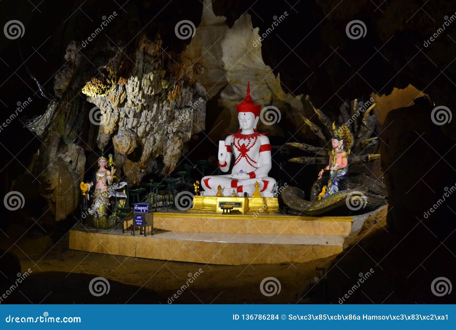 Статуи Choang Dao Buddhas в пещерах