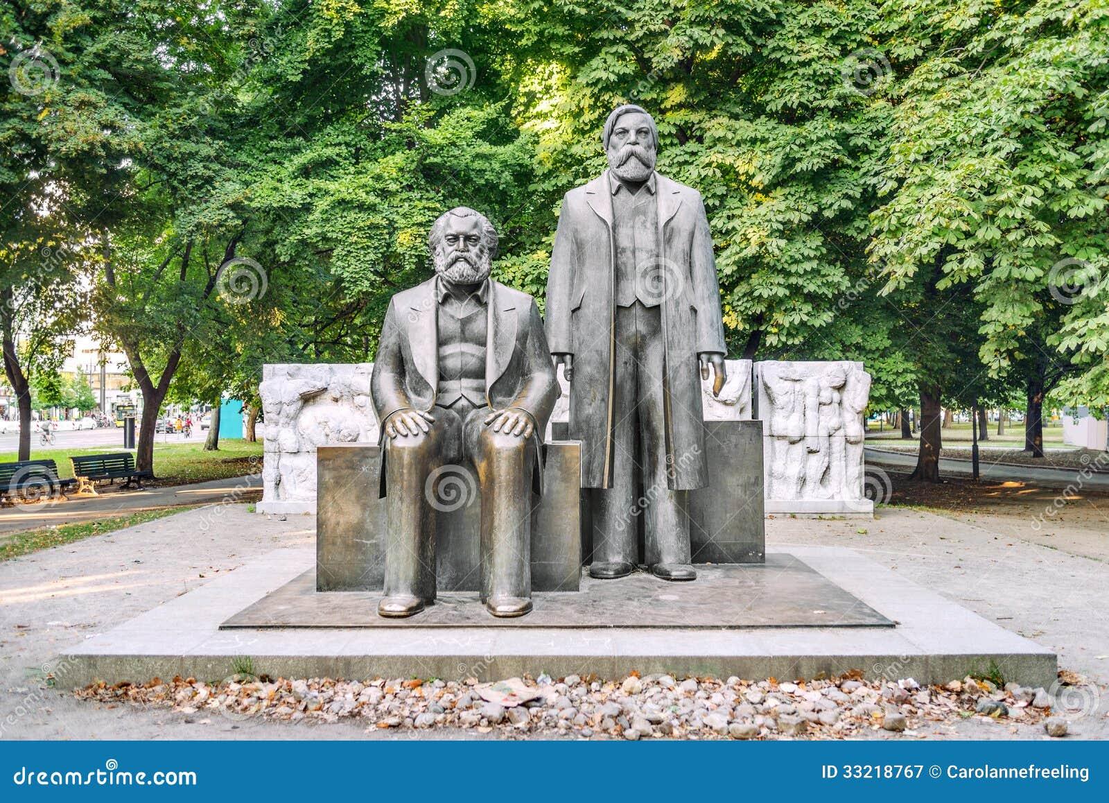 Статуи Marx и Энгельса