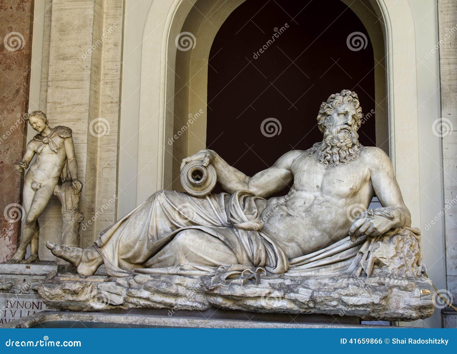 Статуя Арно внутри Ватикана